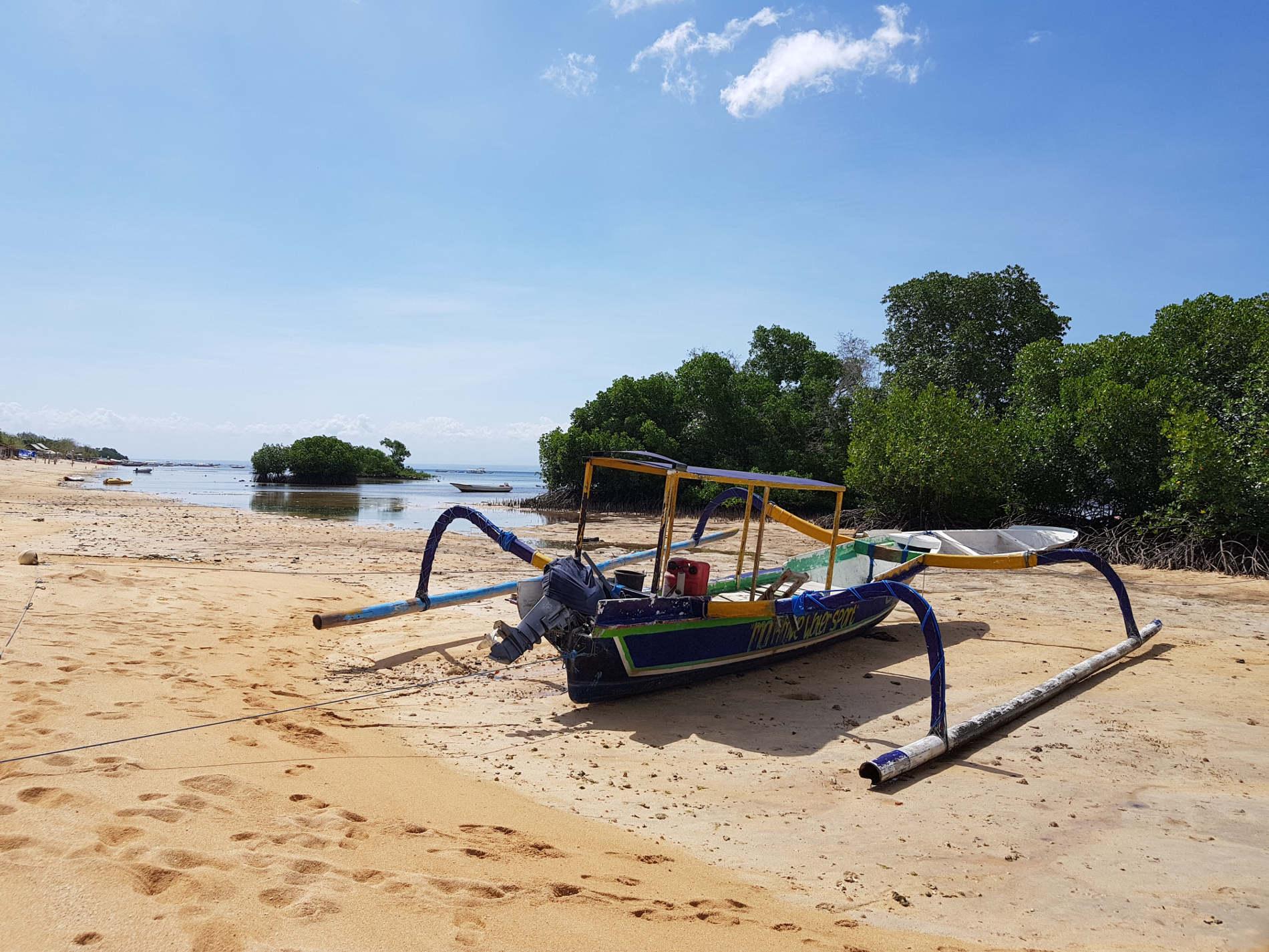 spunti di viaggio: barche sulla spiaggia di Mangrove Point. Perchè andare a Nusa Lembongan e cosa vedere