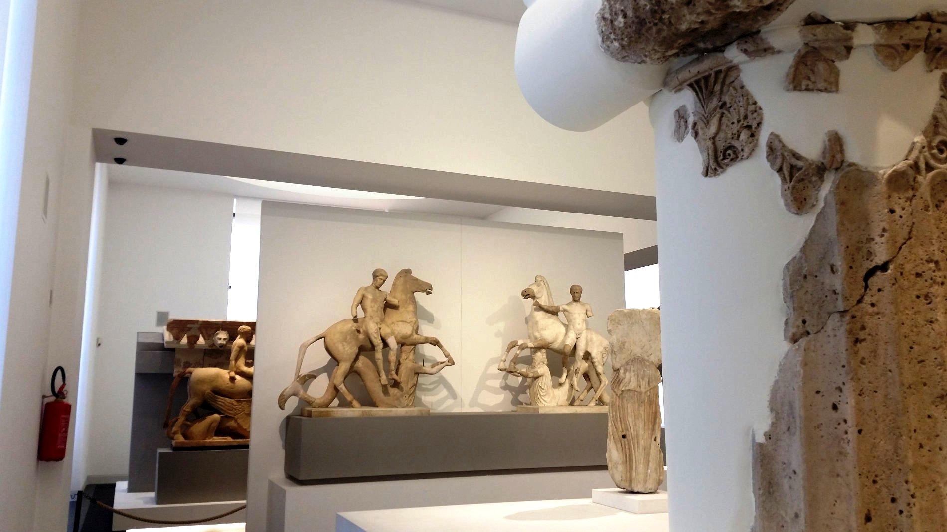Viaggio in Calabria con i Travel Blogger le due statue dei Dioscuri rinvenute nel Parco Archeologico di Locri Epizefiri Museo Archeologico di Reggio Calabriaa