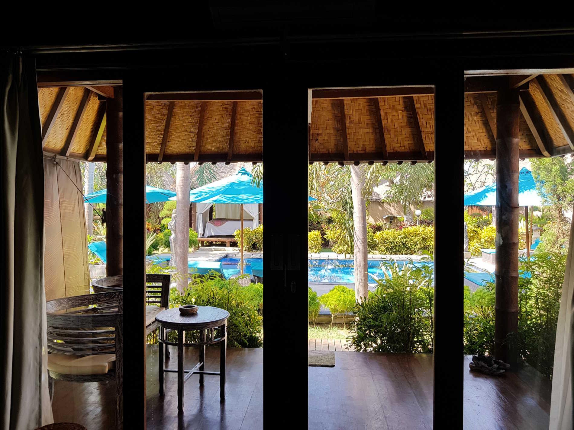 Dove dormire a Bali: il patio esteno al Bay Shore Huts Lembongan