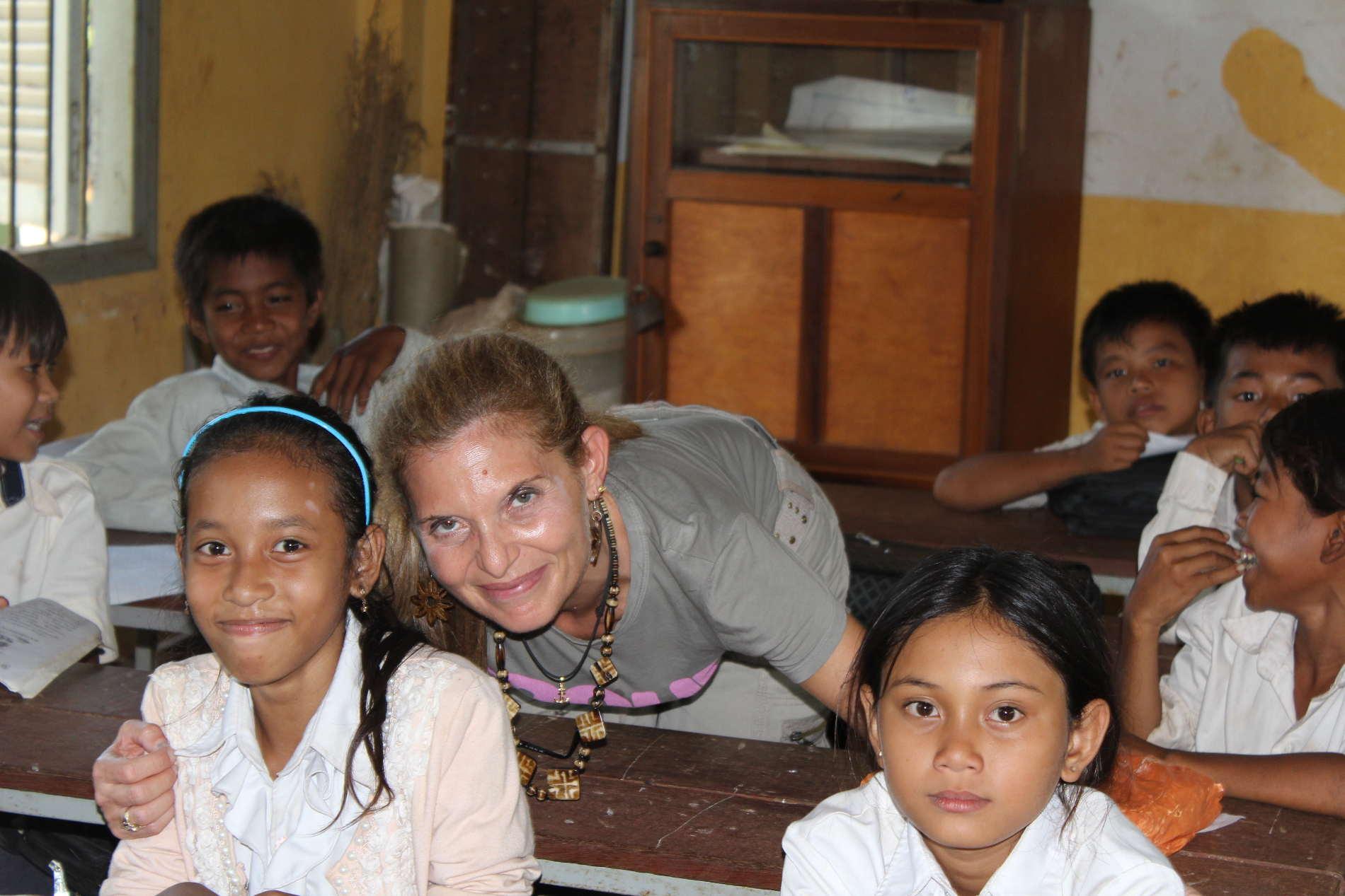 Turismo Sostenibile e Responsabile in cambogia, fra i bambini in una scuola