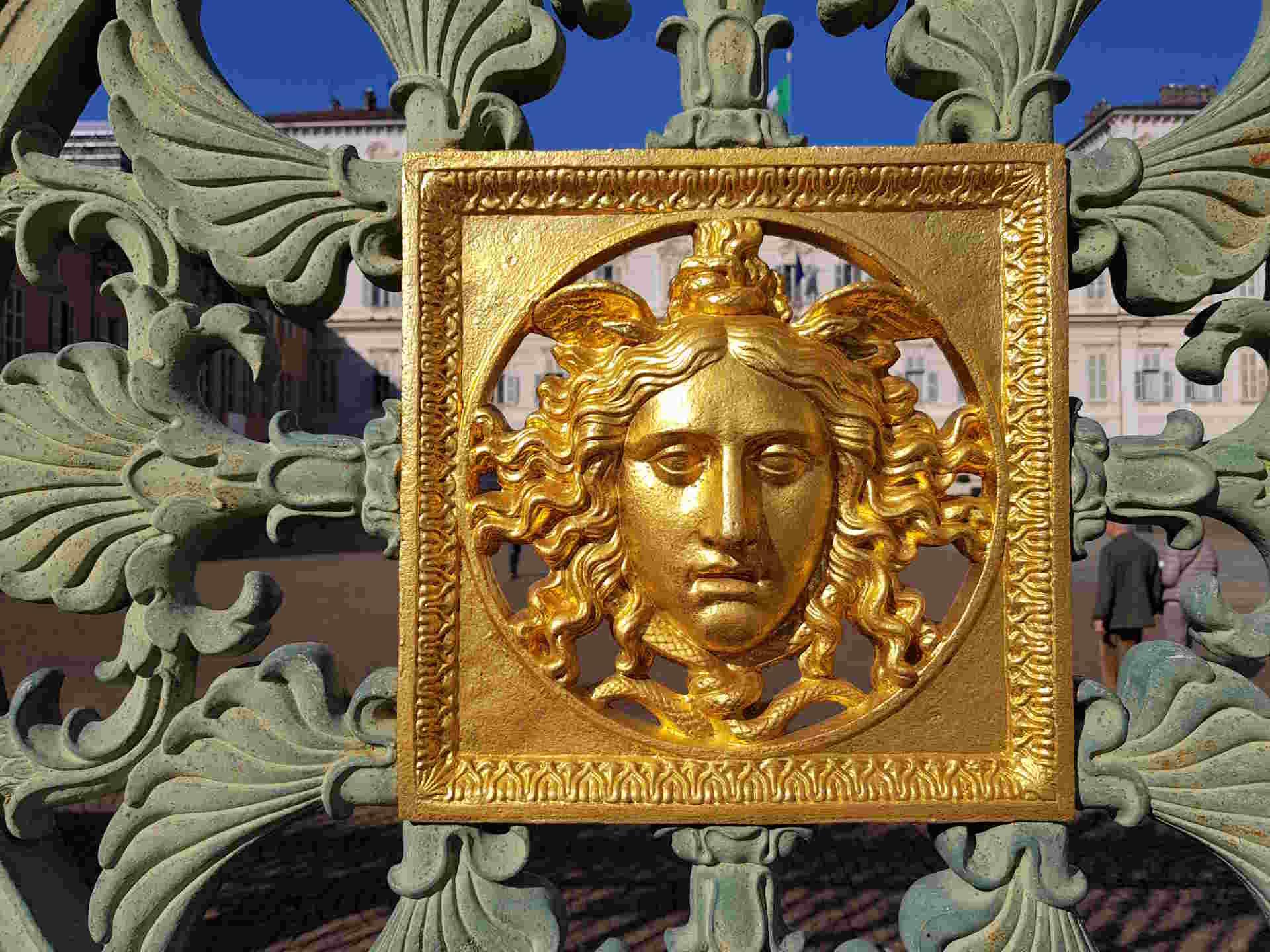Gli splendidi fregi sulle cancellate del Palazzo Reale: cosa vedere a Torino