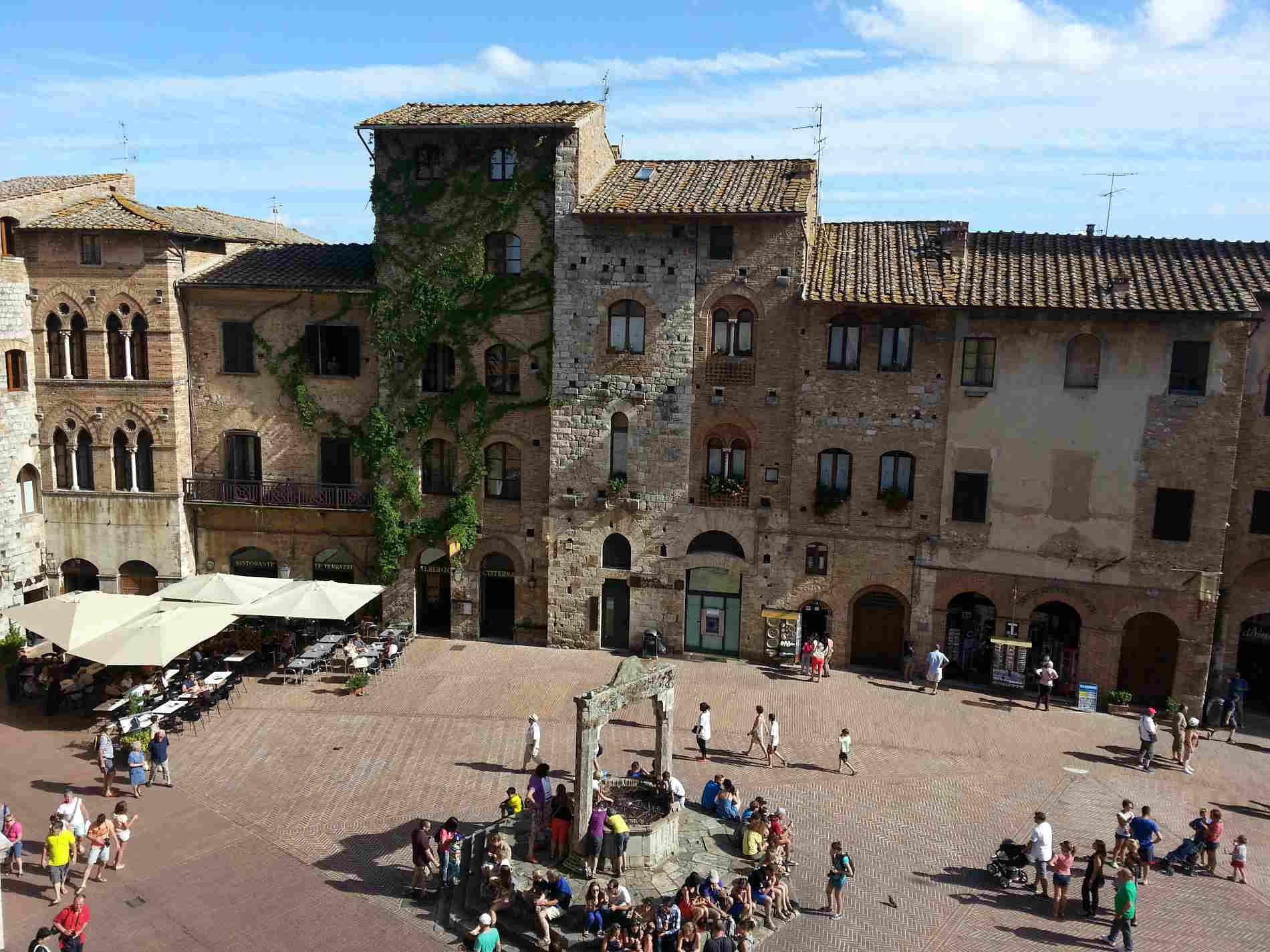 San Gimignano, vista della Piazza della Cisterna dall'Hotel Leon Bianco