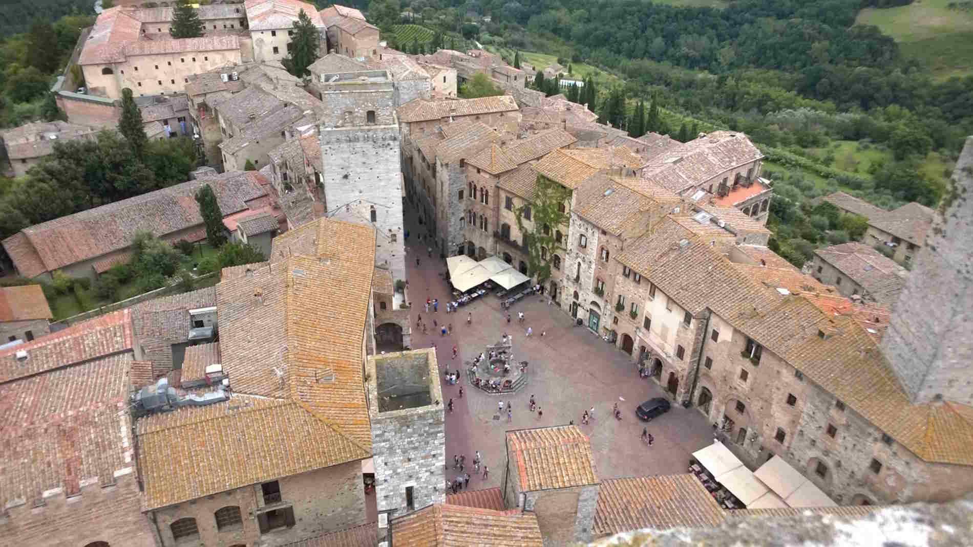 Piazza della Cisterna vista dall'alto della Torre di San Gimignano