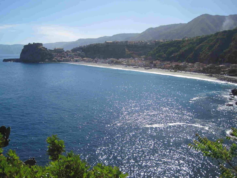 Il promontorio di Scilla e la sua lunga spiaggia