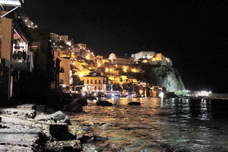 Scilla: il promontorio di Scilla illuminato di notte da Chianalea