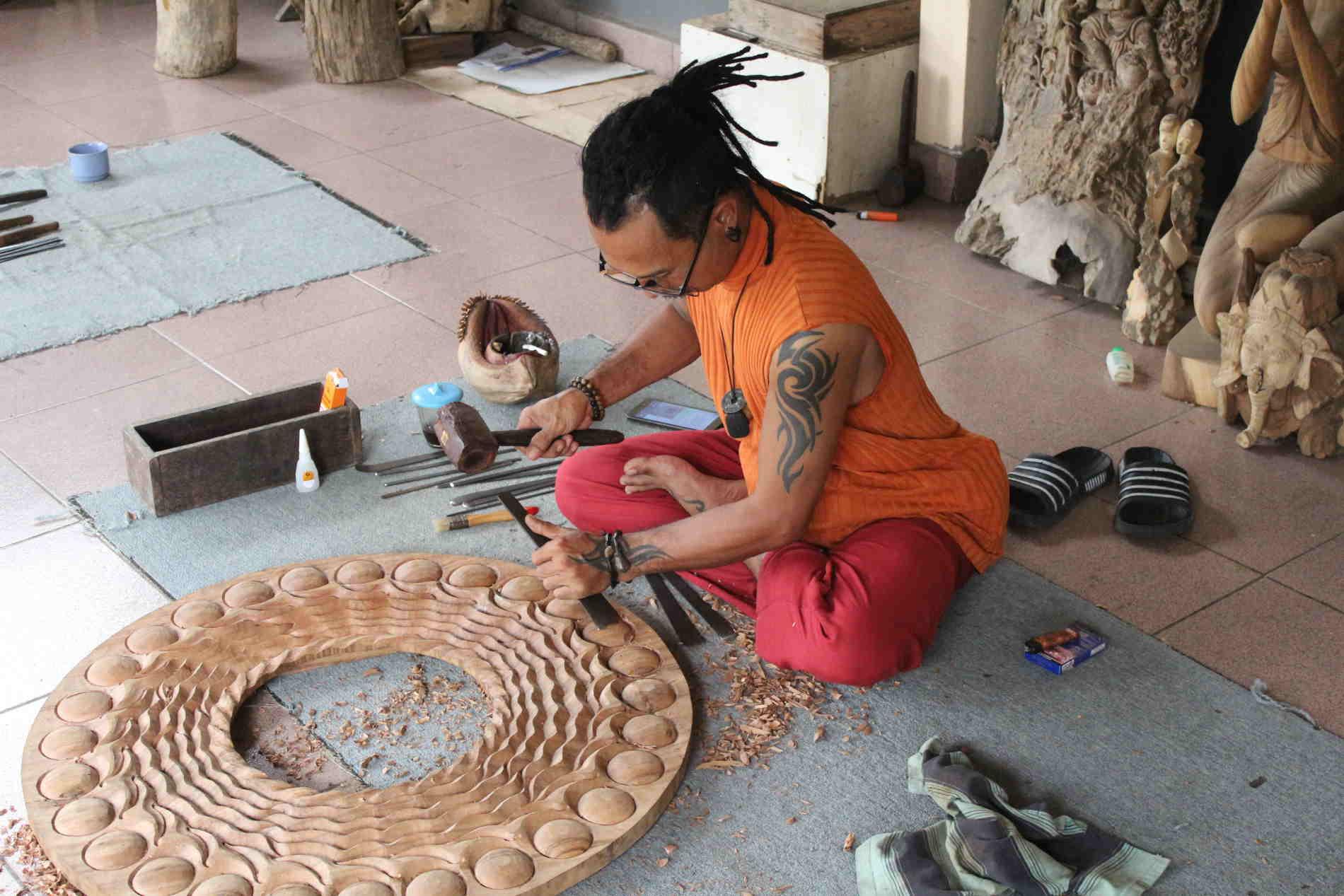 Itinerario a Bali -Artigiani del legno nel villaggio di Mas