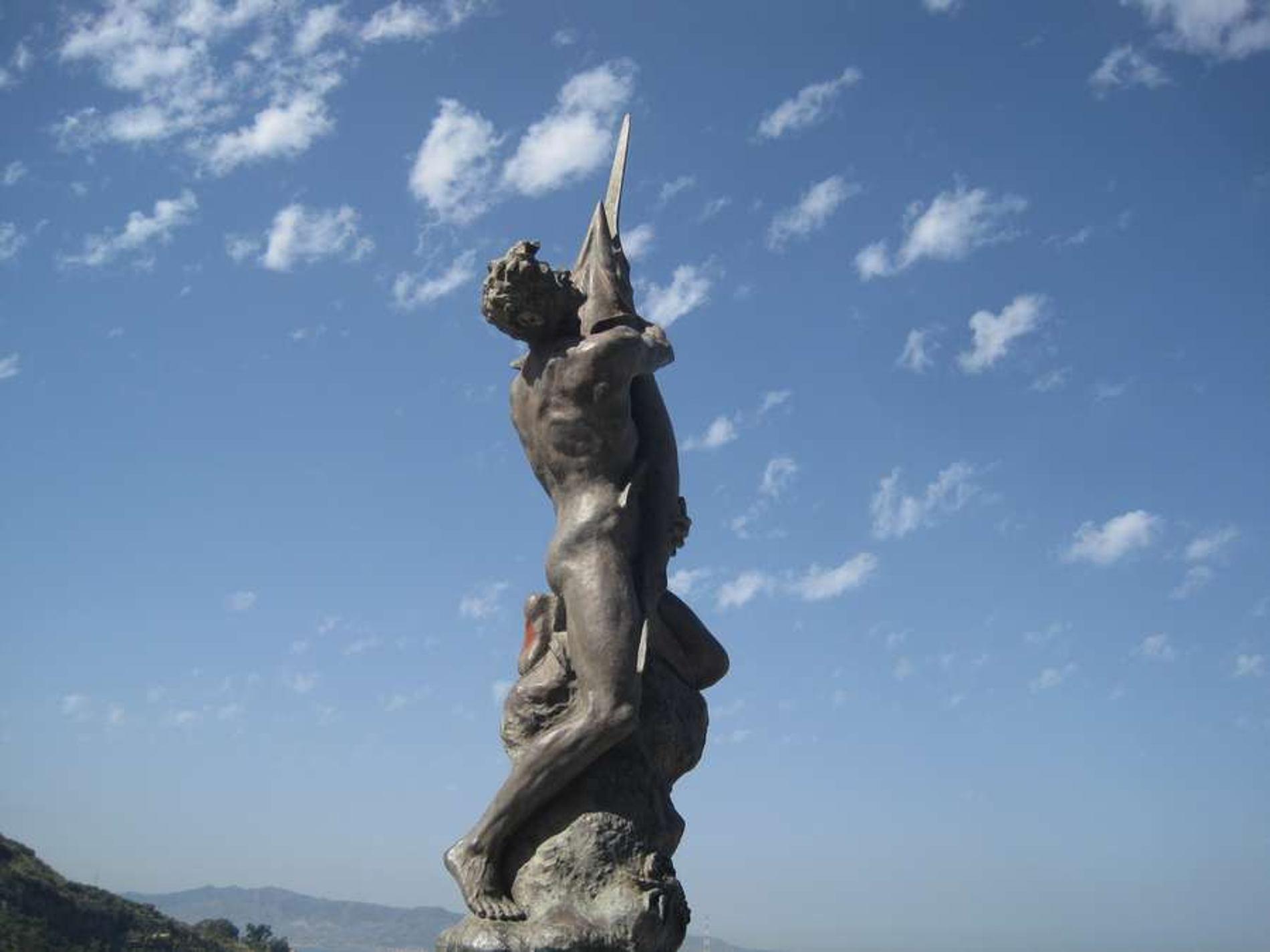 Scilla e le statua dell'uomo e del pesce spada
