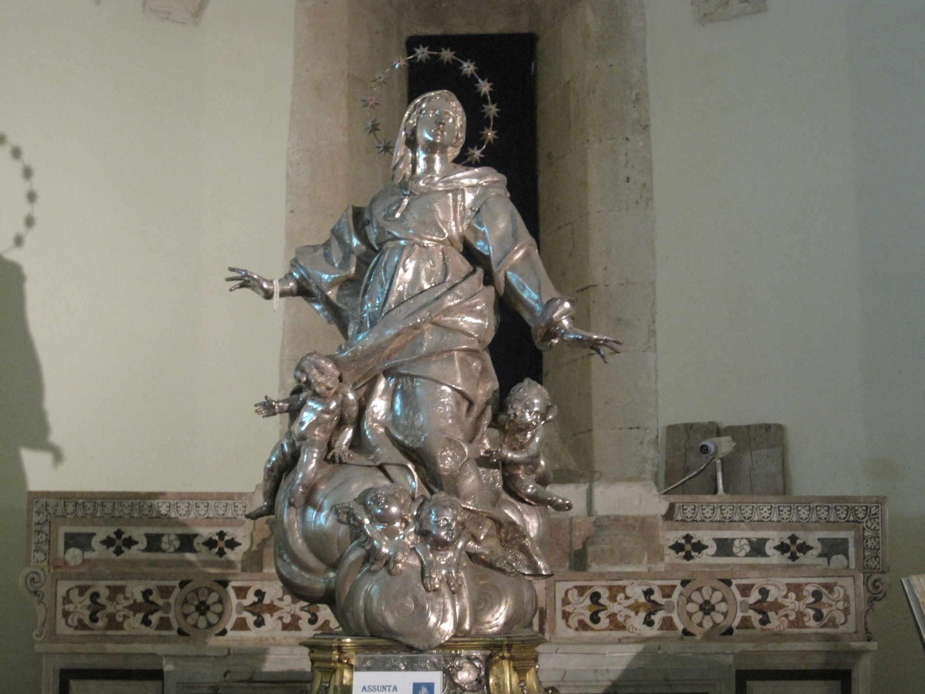 Statua in argento dedicata a Santa Maria Assunta, conservata nella Cripta del Duomo di Gerage