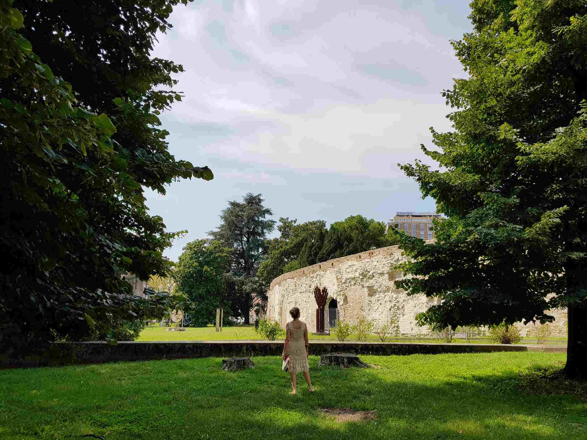 Giardino davanti alla celebre cappella degli Scrovegni a Padova affrescata da Giotto