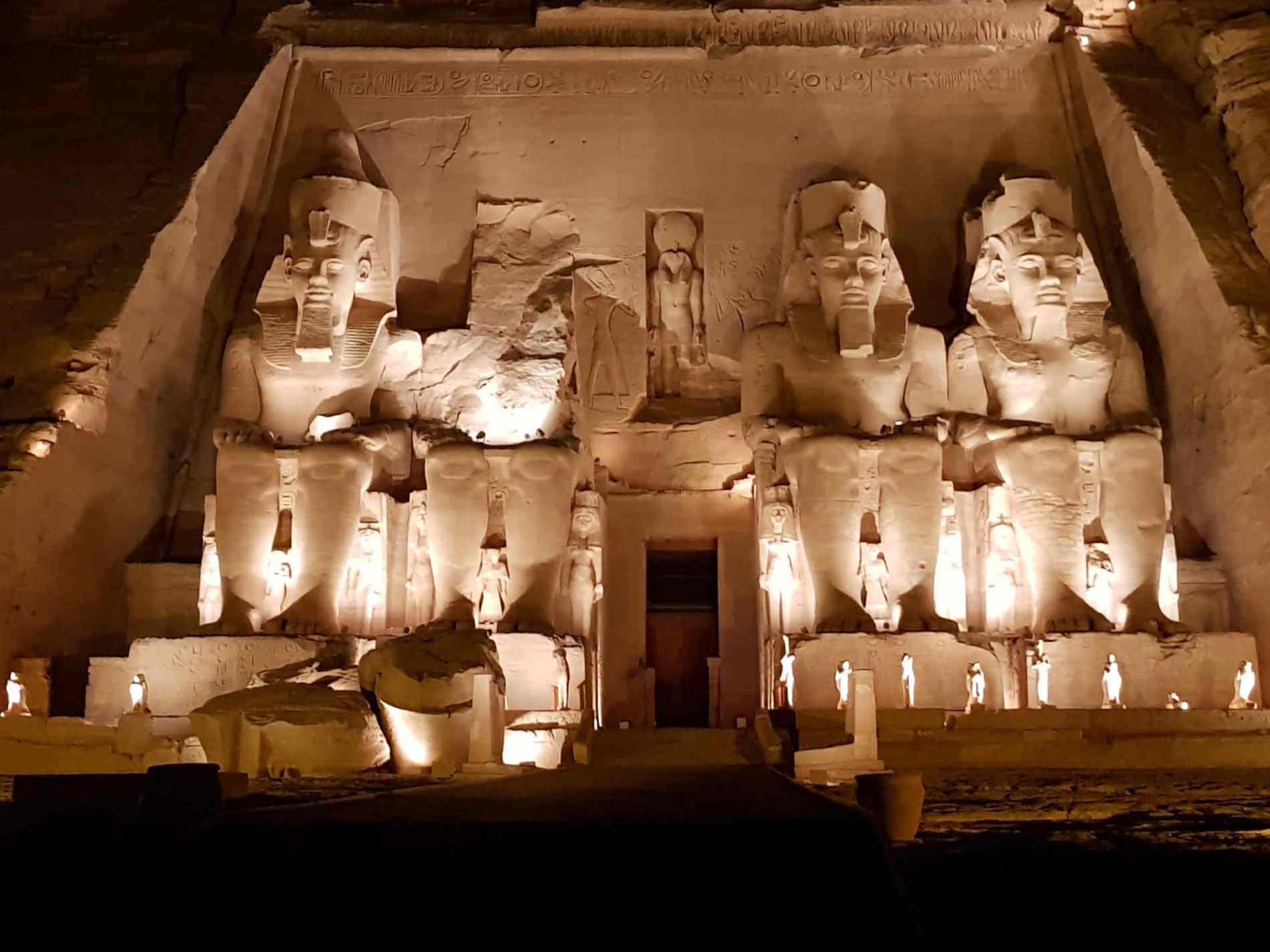 empio grande di Abu Simbel illuminato
