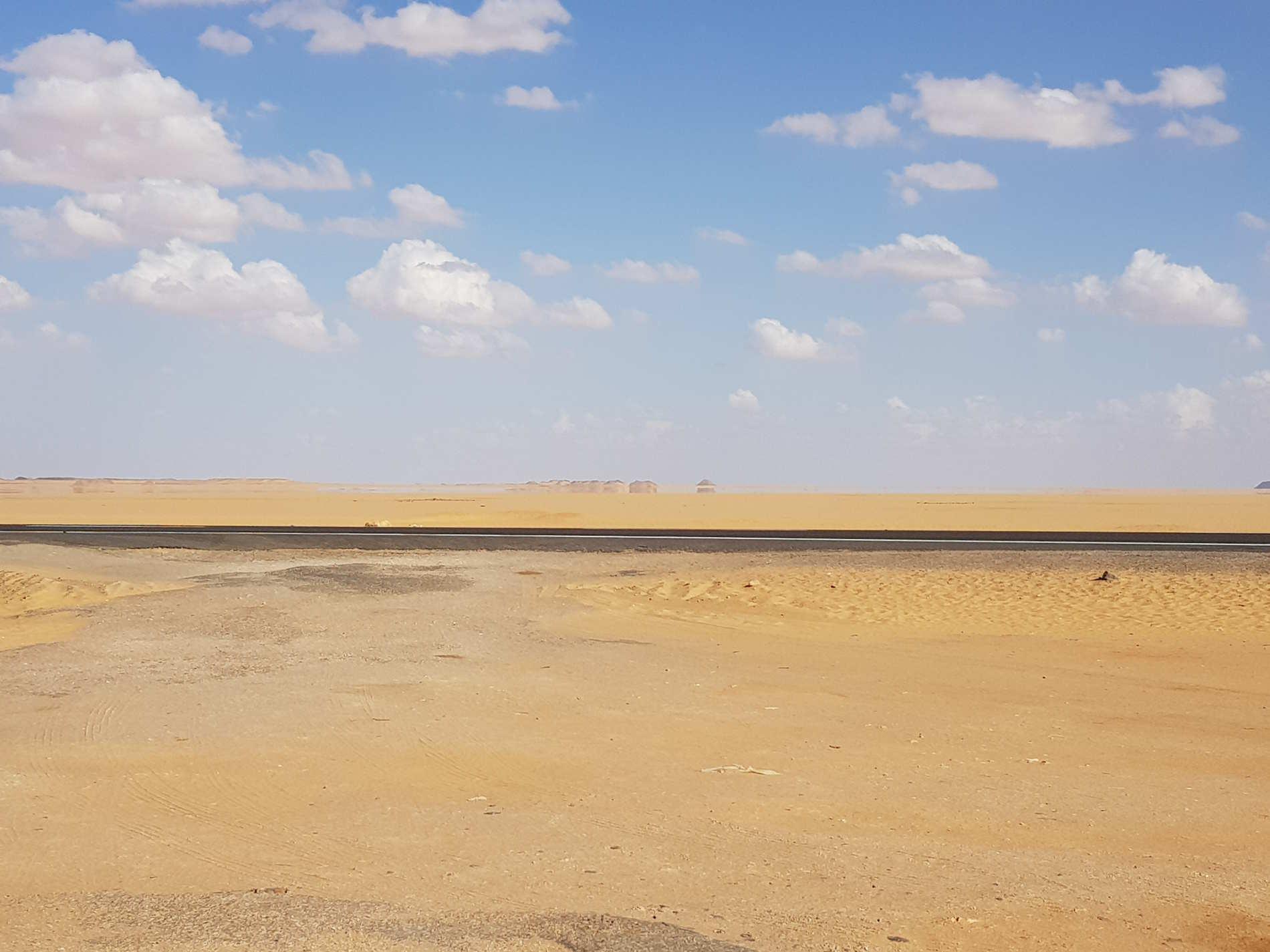 deserto ed i suoi miraggi sulla strada verso Abu Simbel