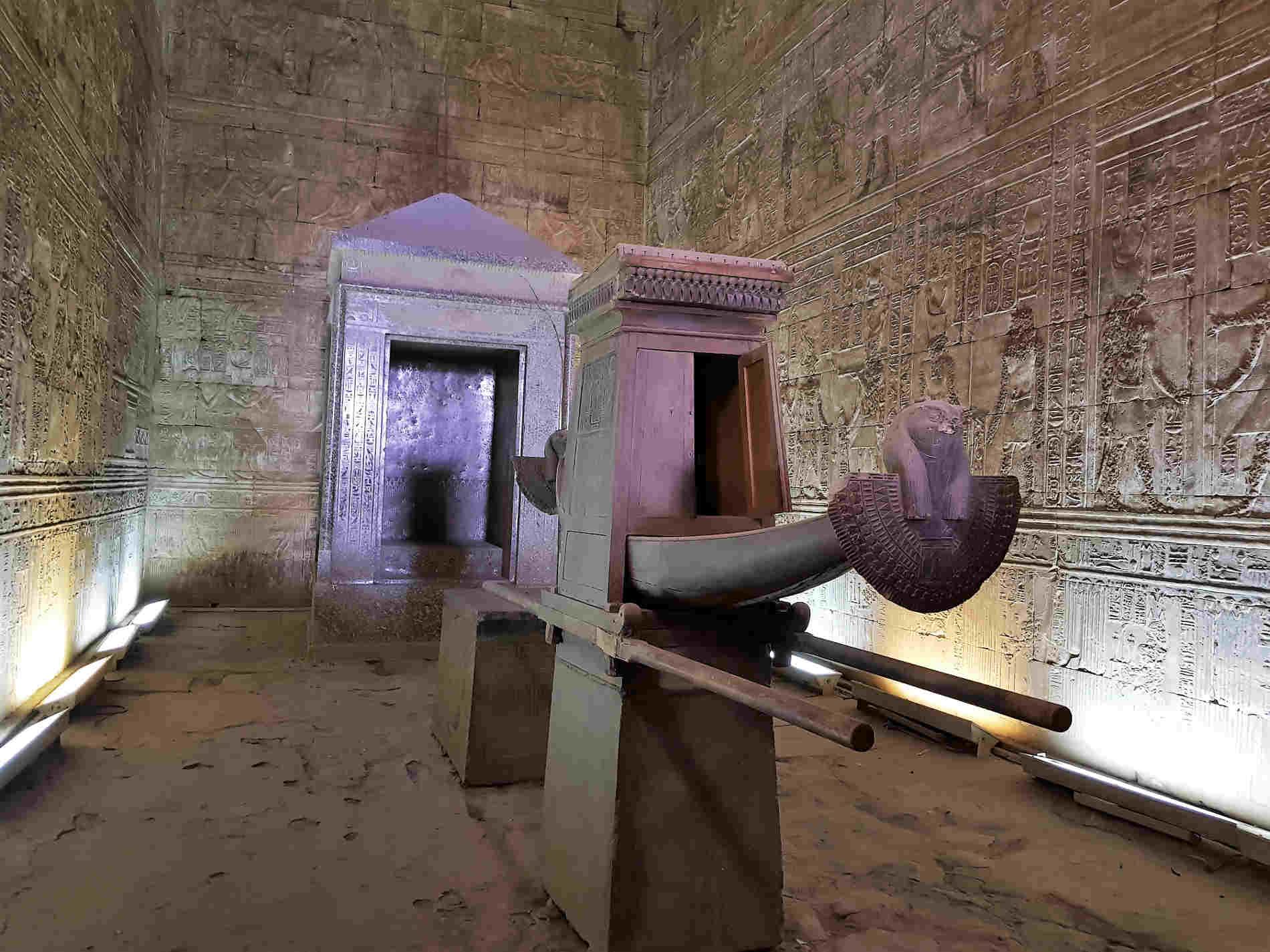 crociera sul fiume Nilo tempio di Edfu barca solare nel Santuario