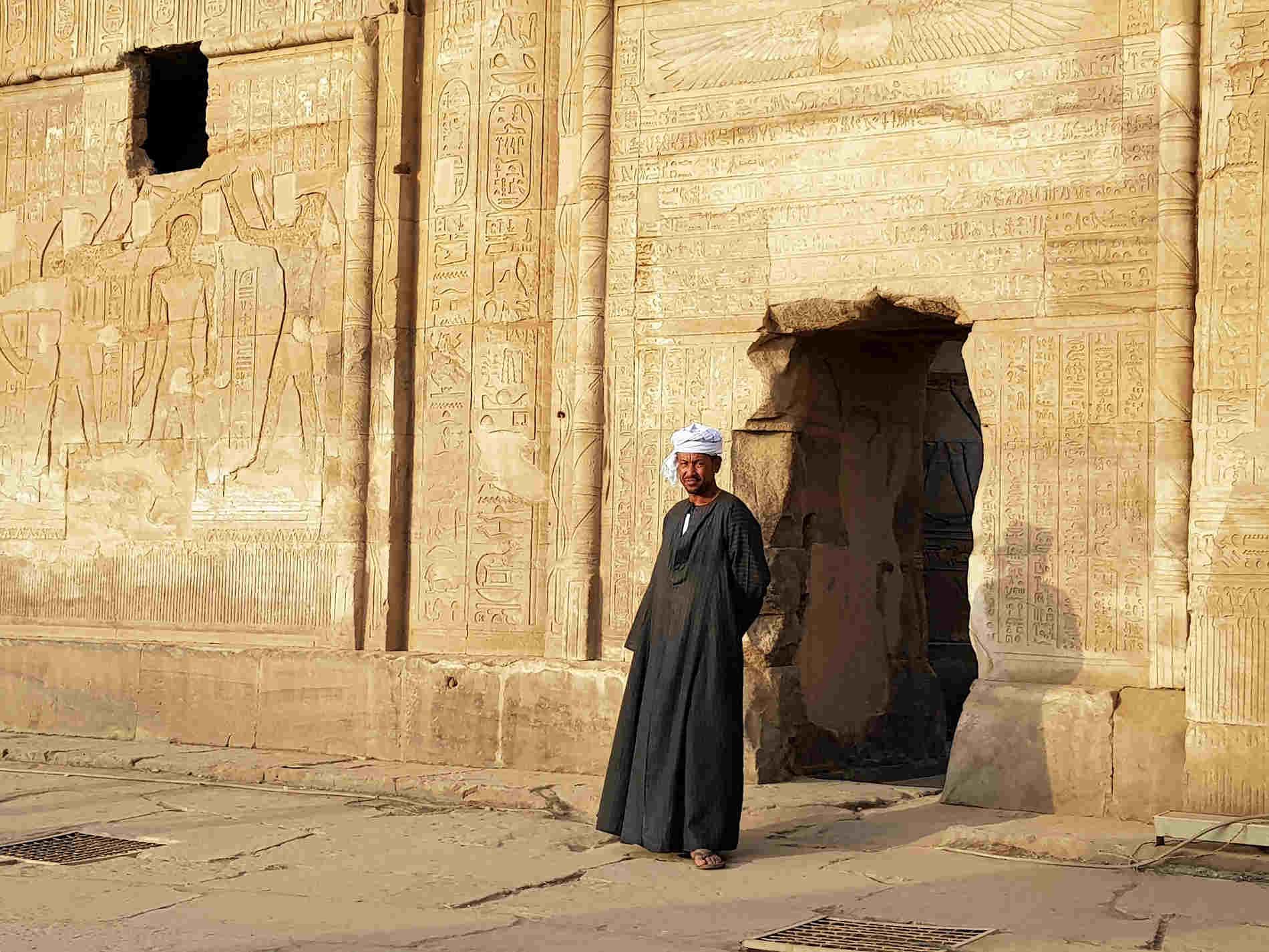 Guardiano al tempio di Kom Ombo crociera sul Fiume Nilo