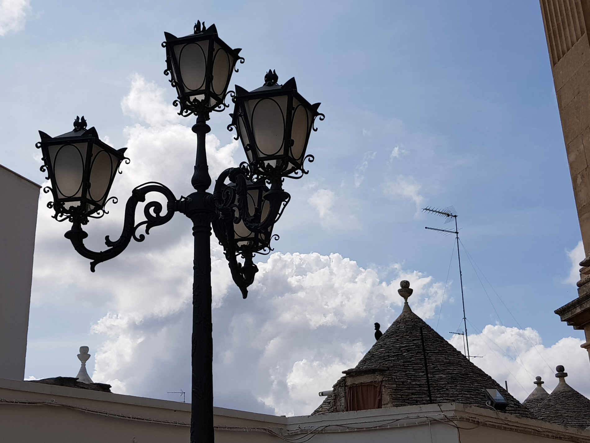 Lampioni in Piazza Curri ad Alberobello