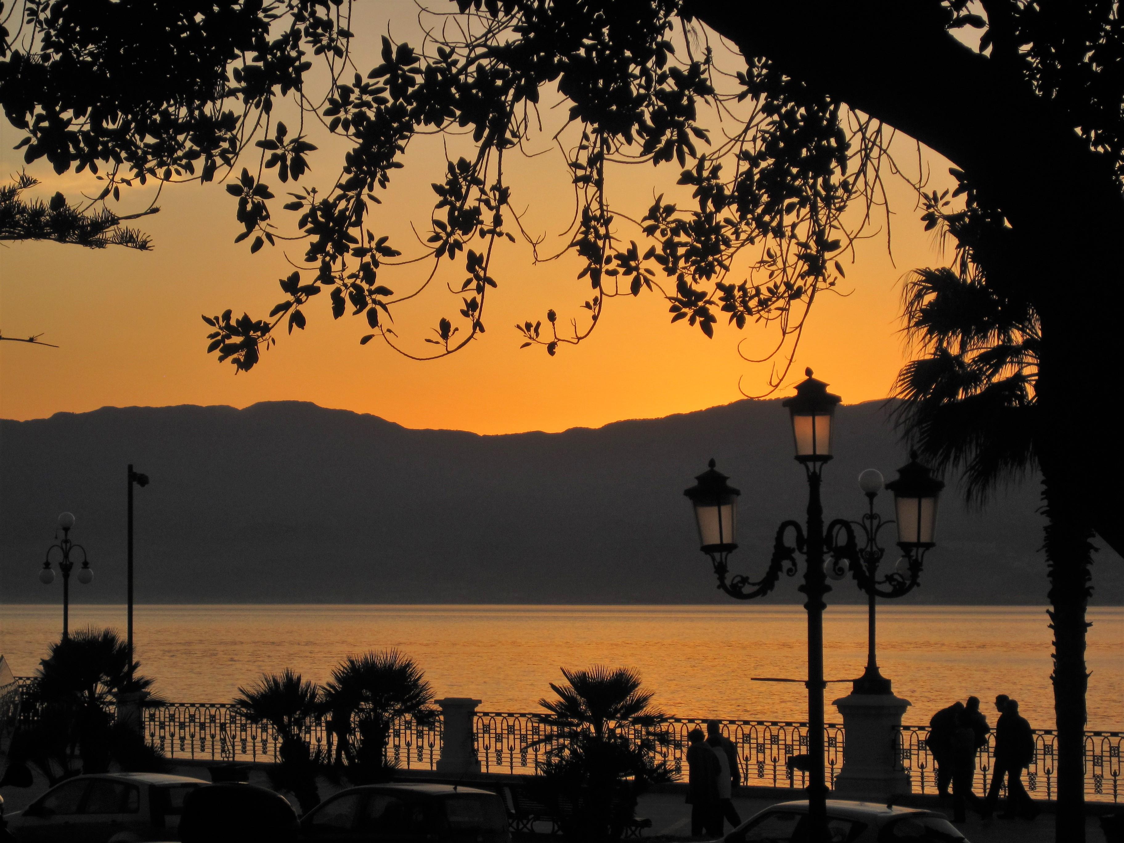 Tramonto magico sullo stretto di Messina dal Lungomare Falcomatà di Reggio Calabria