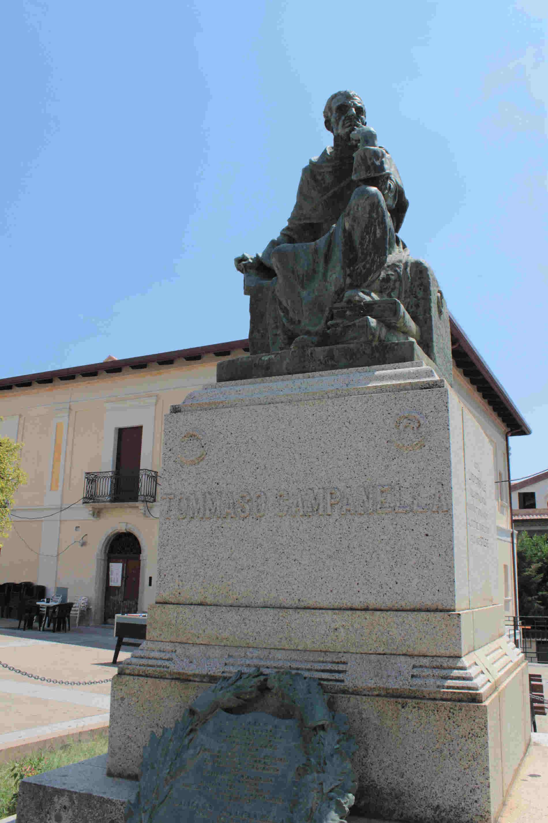 Statua a tommaso Campanella cosa vedere a Stilo