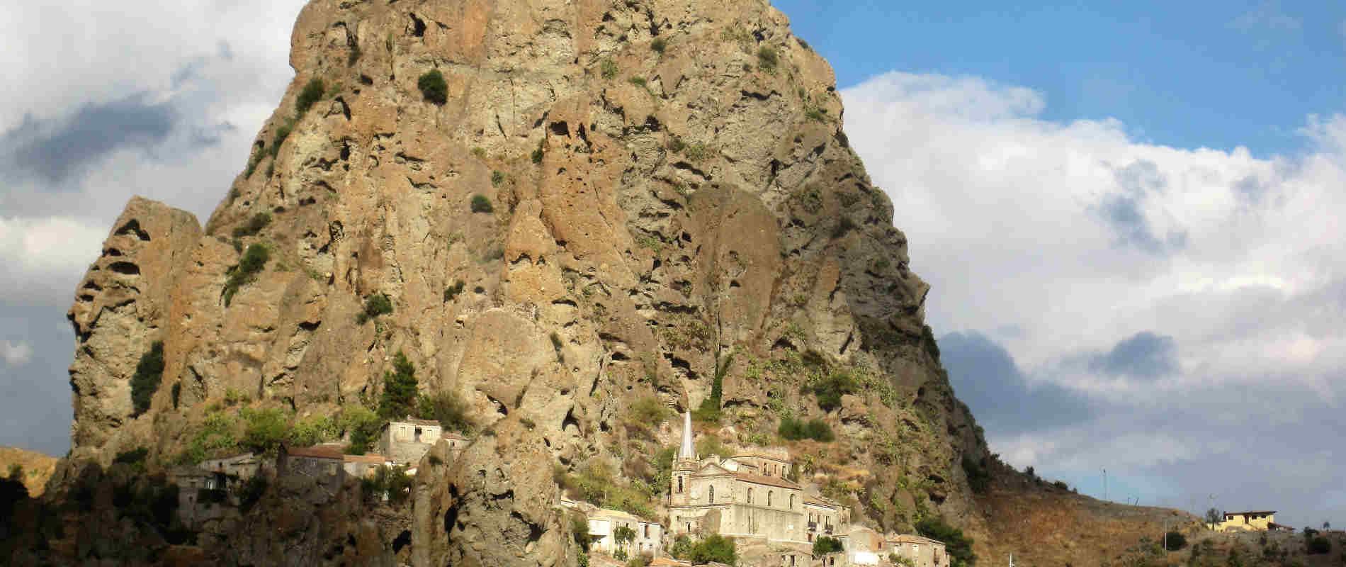 Panorama di PentedattiloPerchè-andare-a-Pentedattilo-e-cosa-vedere-nel-borgo-fantasma