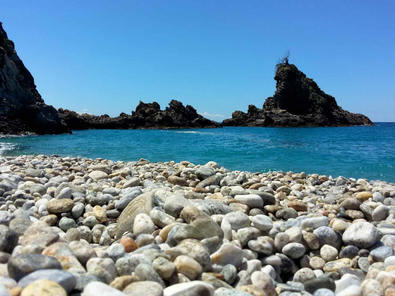 Scoglio dell'ulivo spiaggia La Tonnara 10 spiagge più belle a Reggio Calabria