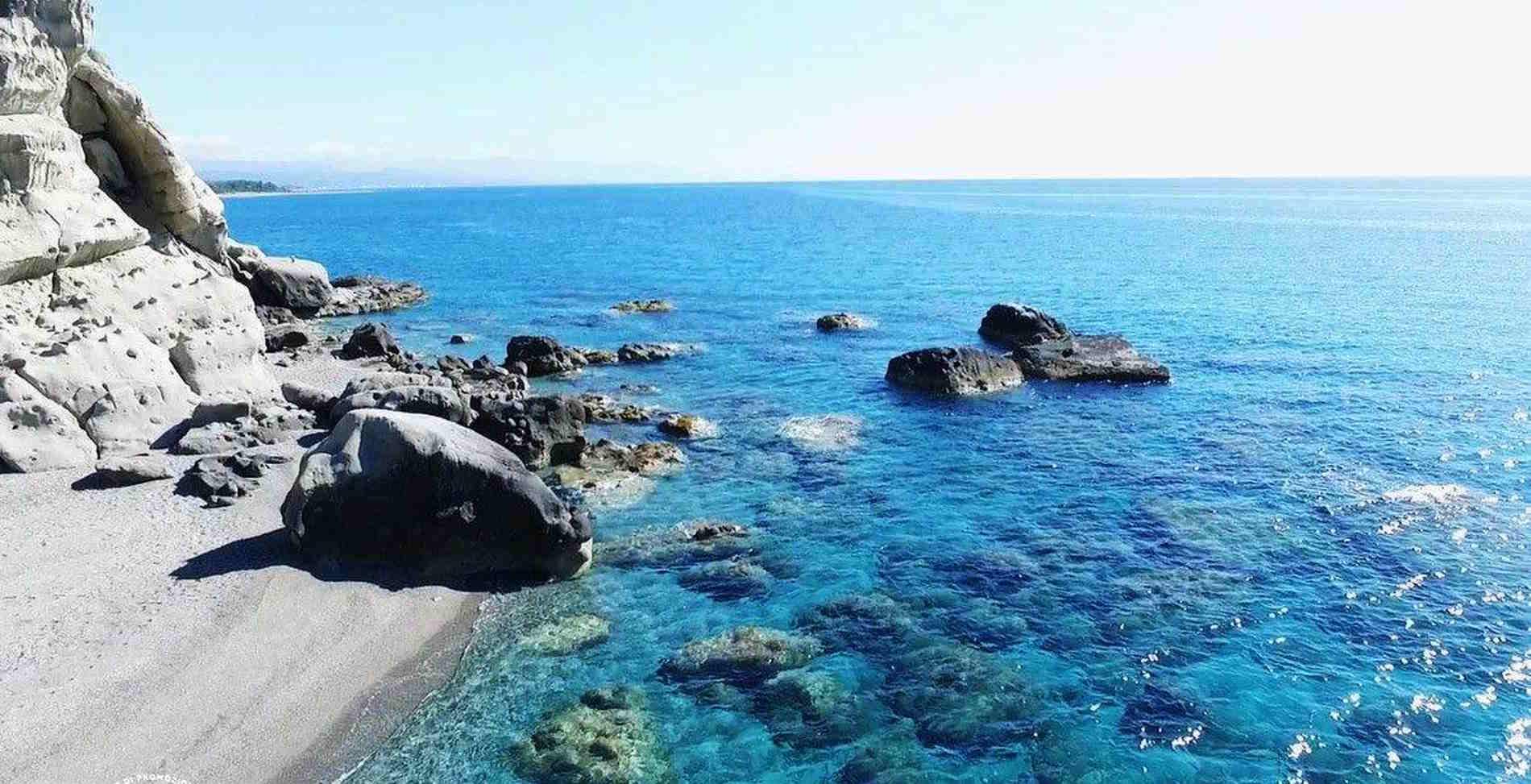 le piscine di Capo Bruzzano sulla costa ionica di Reggio Calabri
