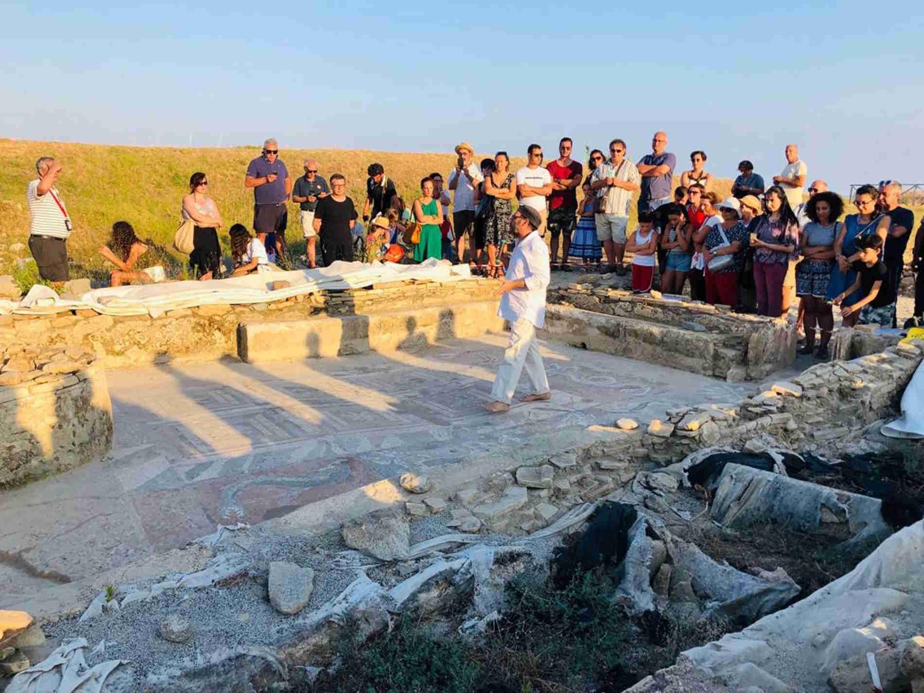 """L'""""archeologo scalzo"""" nel Museo e Parco Archeologico di Monasterace,"""