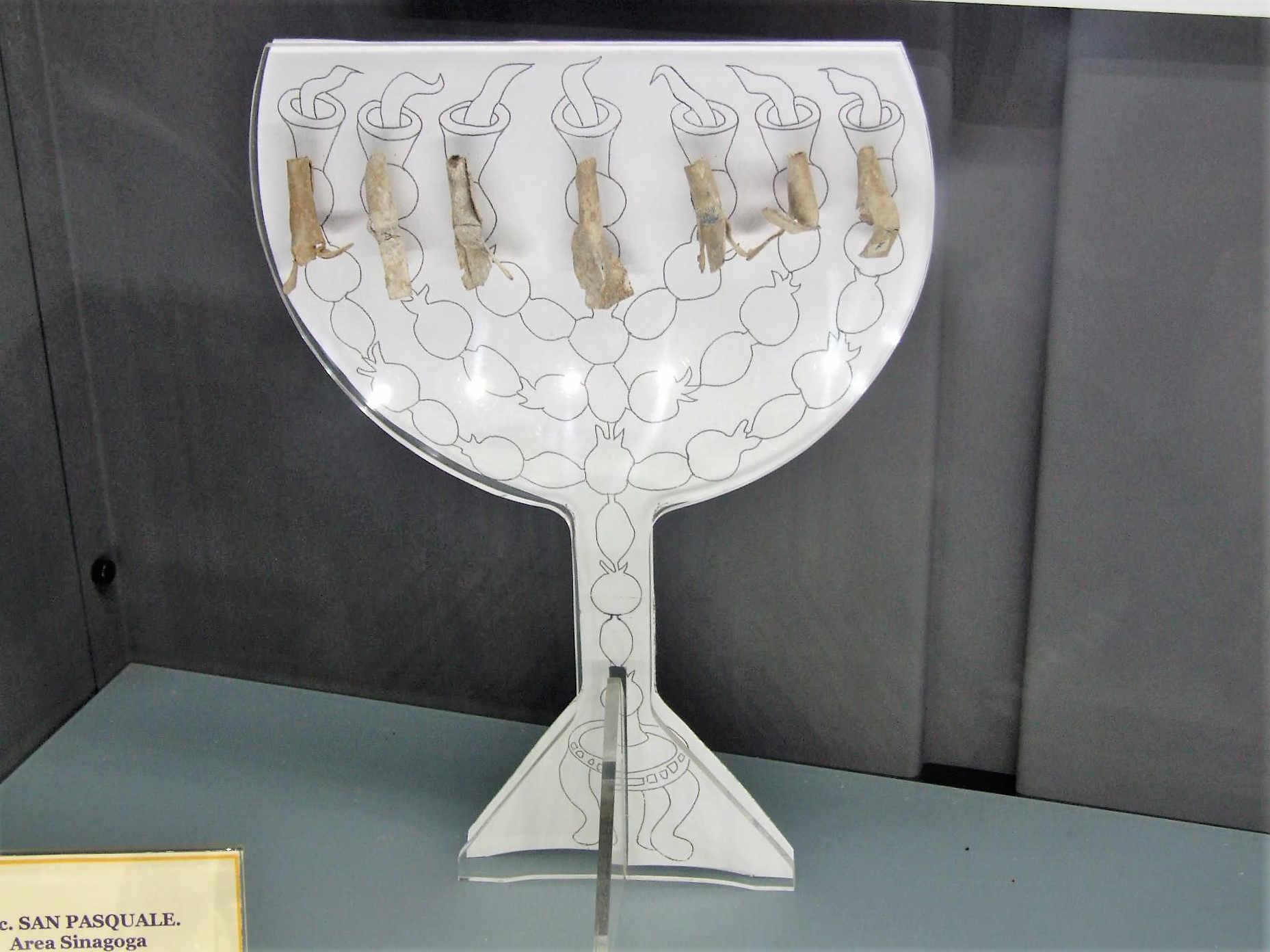 Itinerari ebraici in Calabria La Menorah il candelabro a sette bracci nel parco di ArcheoDeri