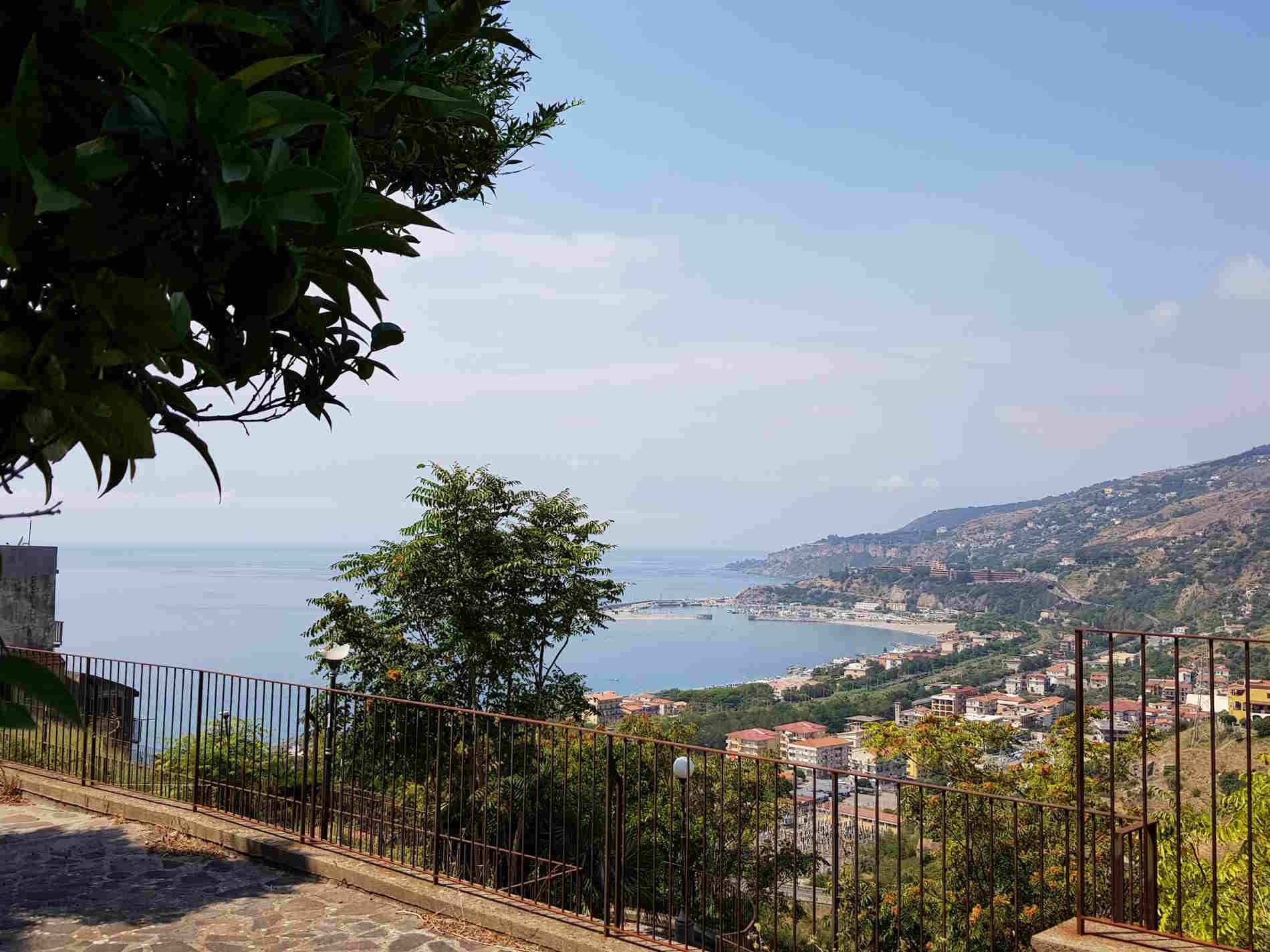 Uno splendido panorama di Cetraro Marina dal suo centro storico