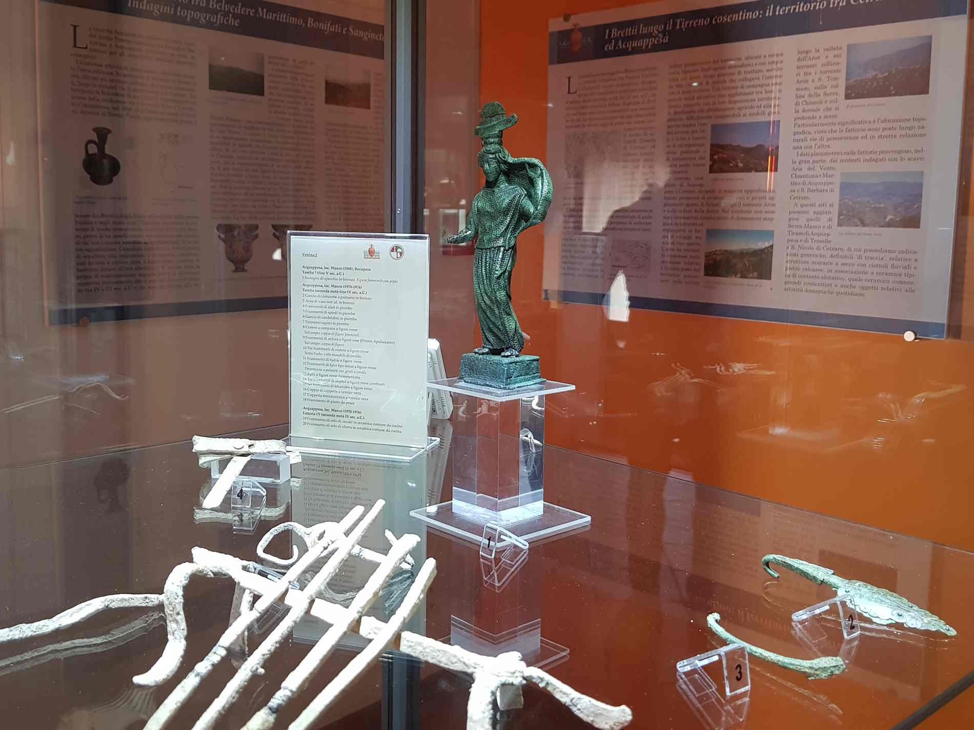Museo dei brettii e del mare a Cetraro La statuetta bronzea utilizzata come sostegno di uno specchio.