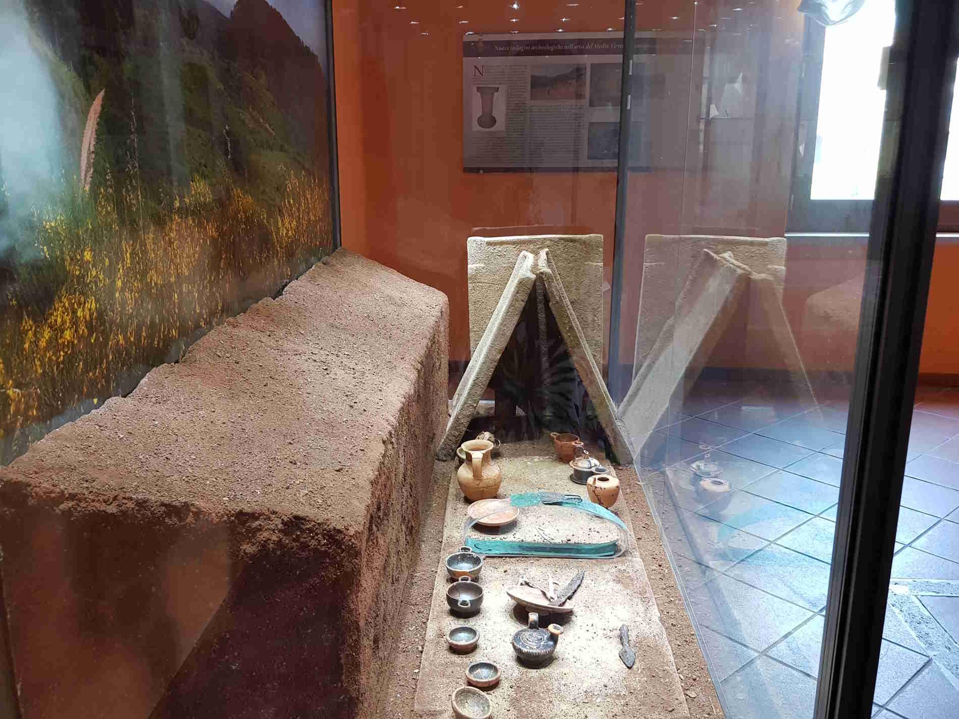 La tomba Brettia e i corredi funerari in una tomba nella necropoli di Treselle di Cetraro Museo dei Brettii e del Mare a Cetraro