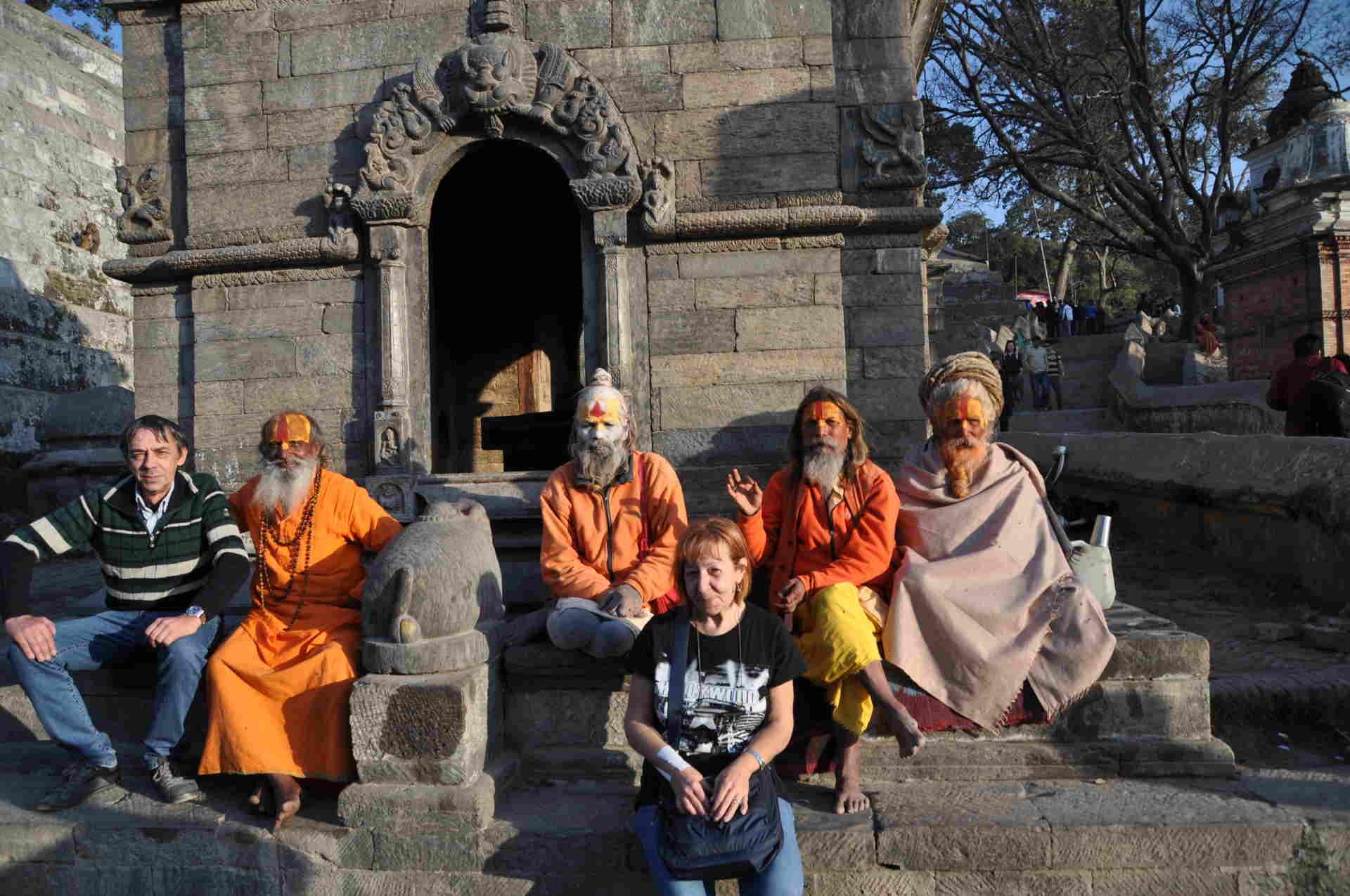 Teresa Torsellocon i Sadhu, in Nepal - spuntidiviaggio