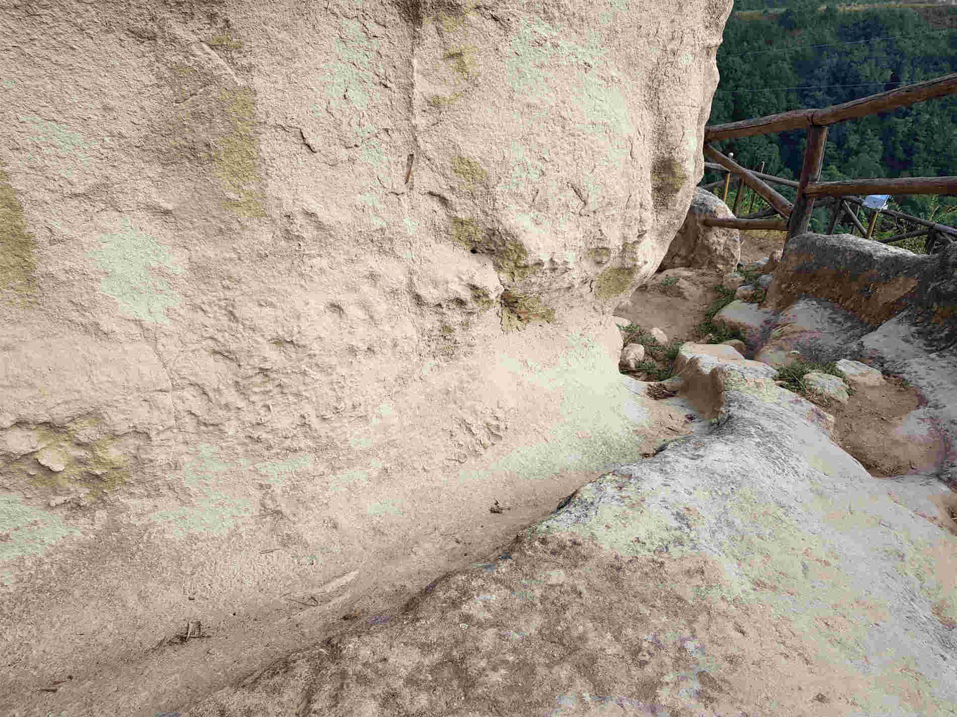Canalette acque meteoriche nel sito delle grotte di Zungri