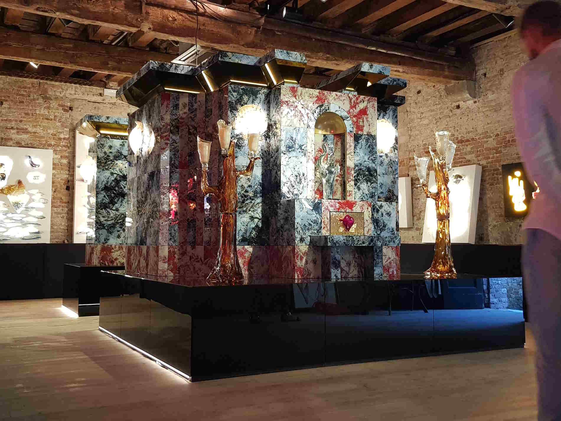 Altare monumentale in vetro di Murano di aristide Najean esposto a venezia