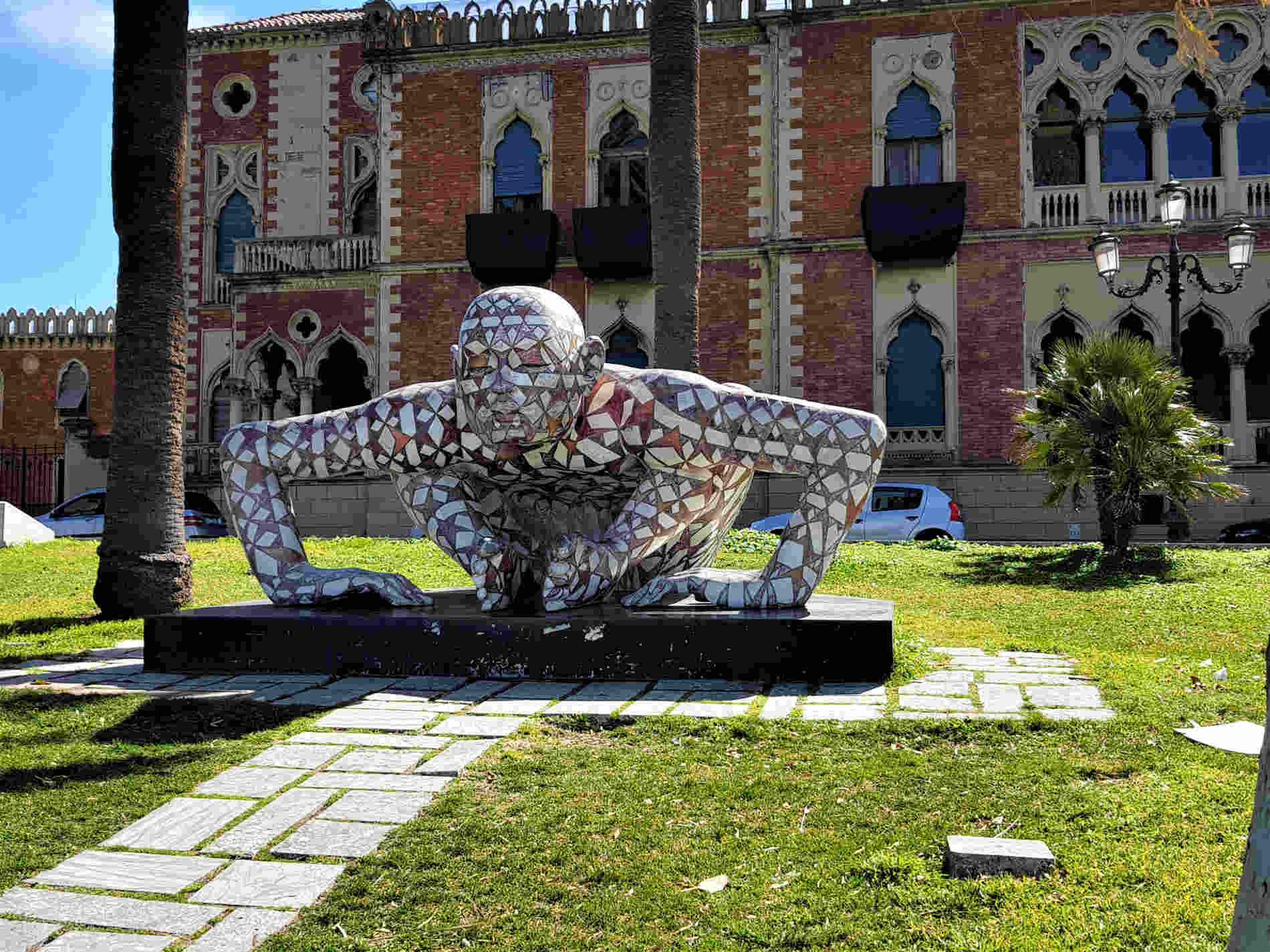 Co-stell-azione opera di Rabarama sul lungomare di Reggio Calabria