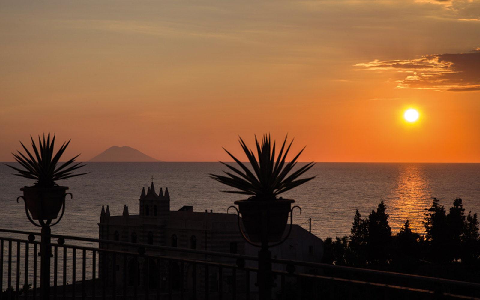 Tramonto da Tropea e Capo vaticano in Calabria sullo Stromboli