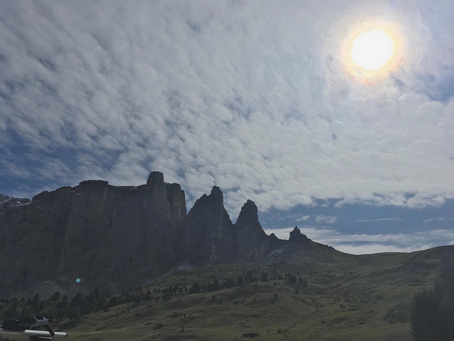 Le Torri del Sella viste dalla Città dei Sassi trekking sulle Dolomiti