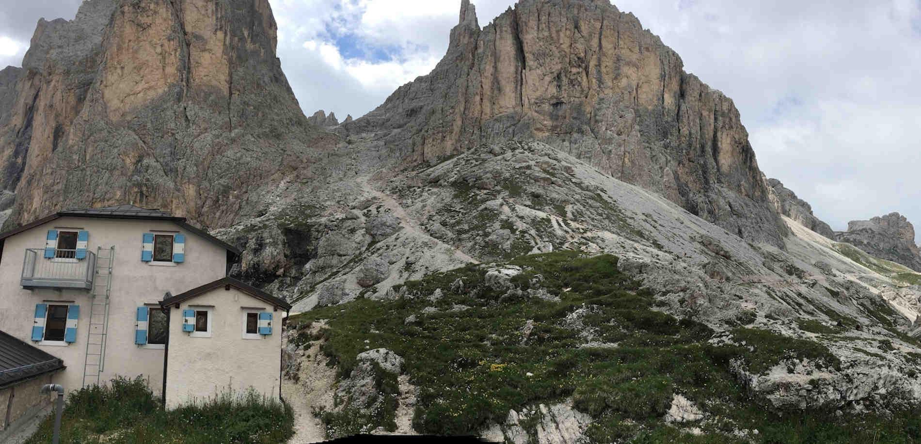 Sotto le Torri del Vajolet: in basso si notano i rifugi Vajolet e Preuss Fare fantastici trekking in Trentino Alto Adige sulle Dolomiti