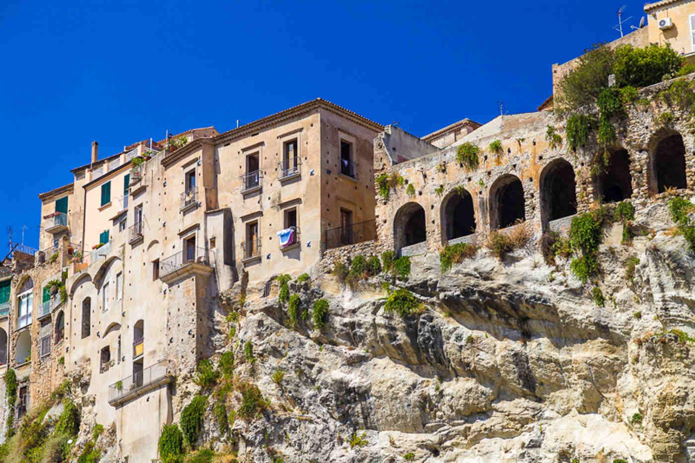ilportico medievale di palazzo Collareto-Galli sulla rupe rocciosa