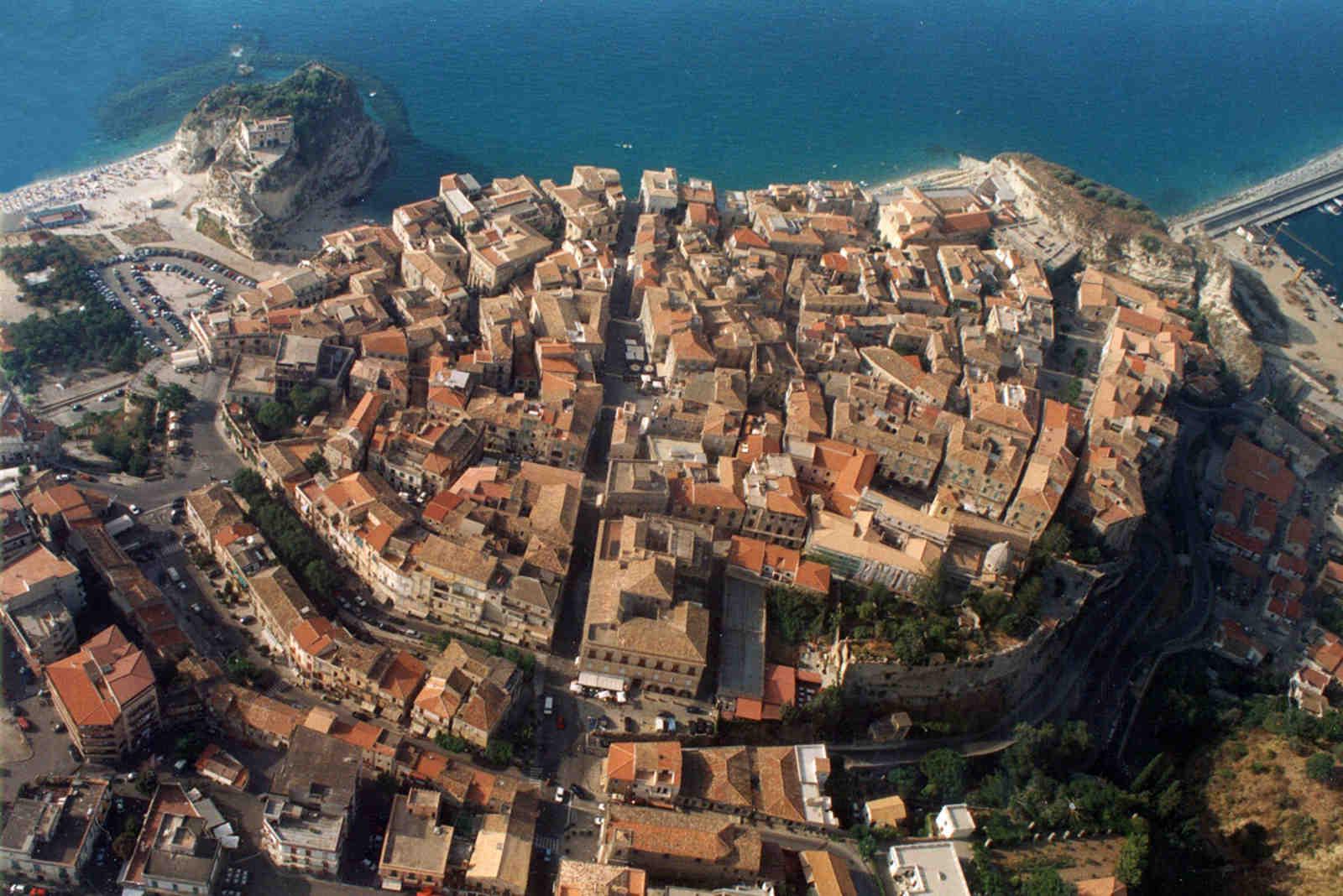 Immagine di Tropea dall'alto per capire la sua struttura