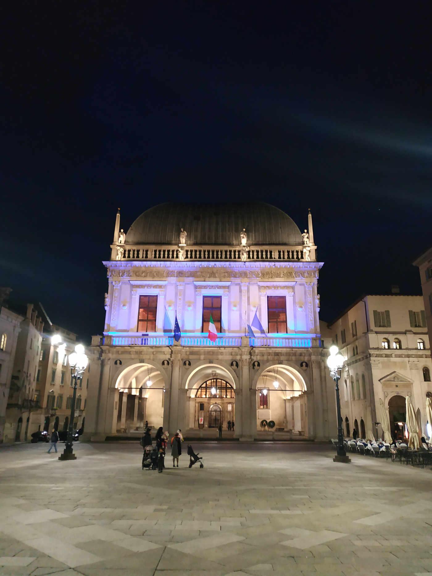 Piazza della Loggia di notte a Brescia punto di partenza itinerari