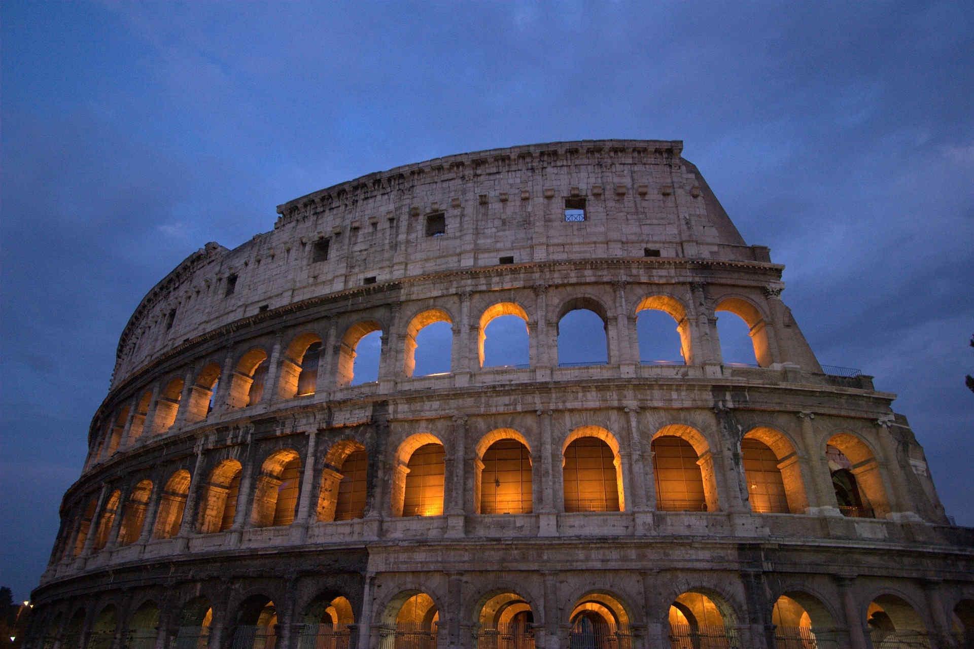 l Colosseo a Roma - L'unico dei monumenti in Italia, inserito fra le 7 Meraviglie del mondo moderno