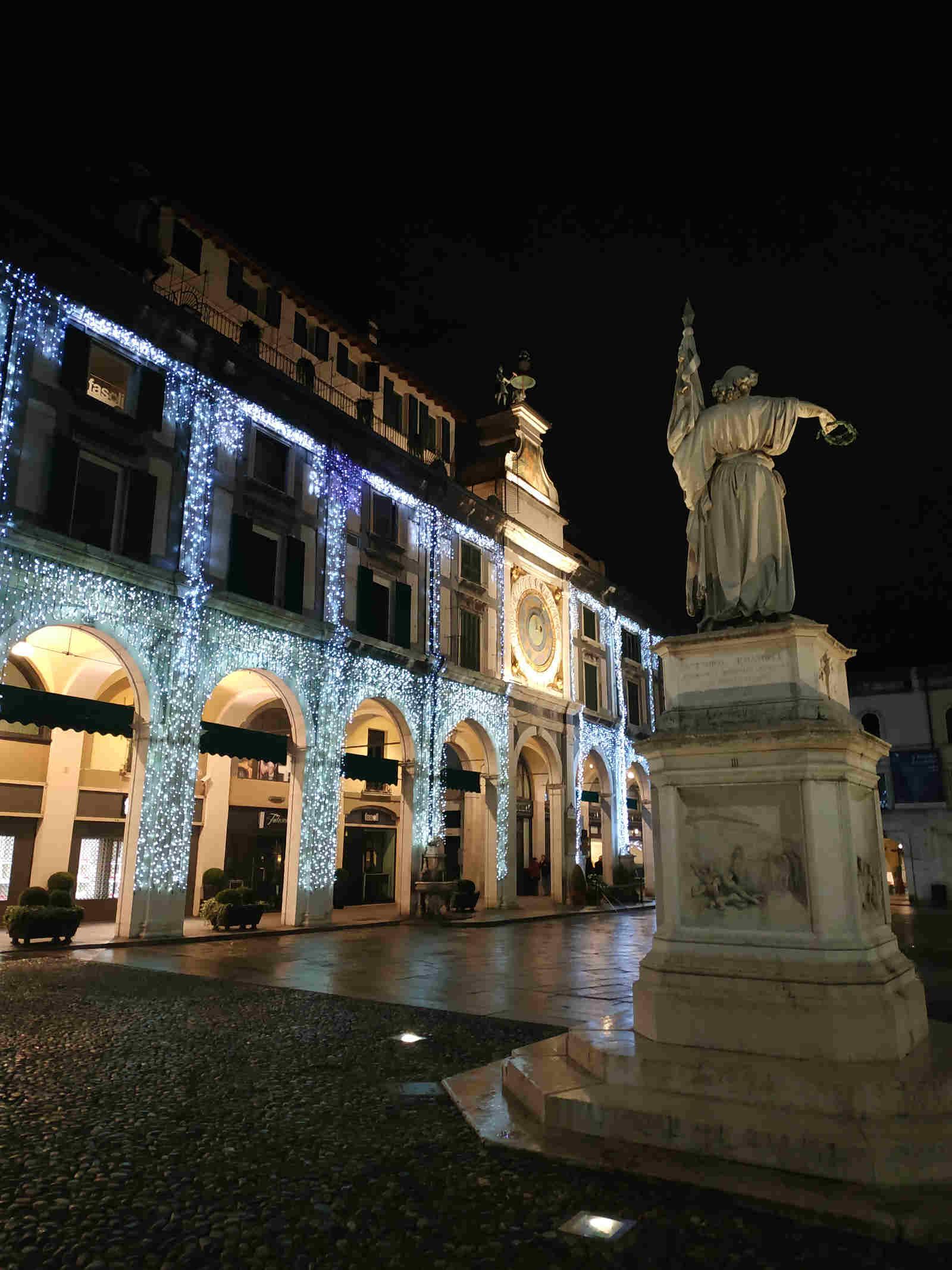 Piazza della Loggia a Brescia sotto Natale