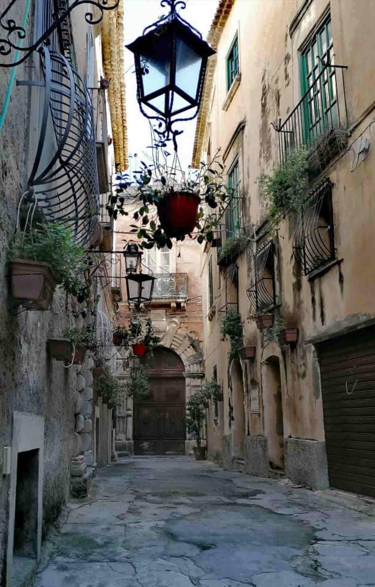 Per i vicoli Borgo di Tropea - Pronto Estate Guida turistica alle vacanze sulla Costa degli Dei -Vicoli di Tropea e antichi palazzi