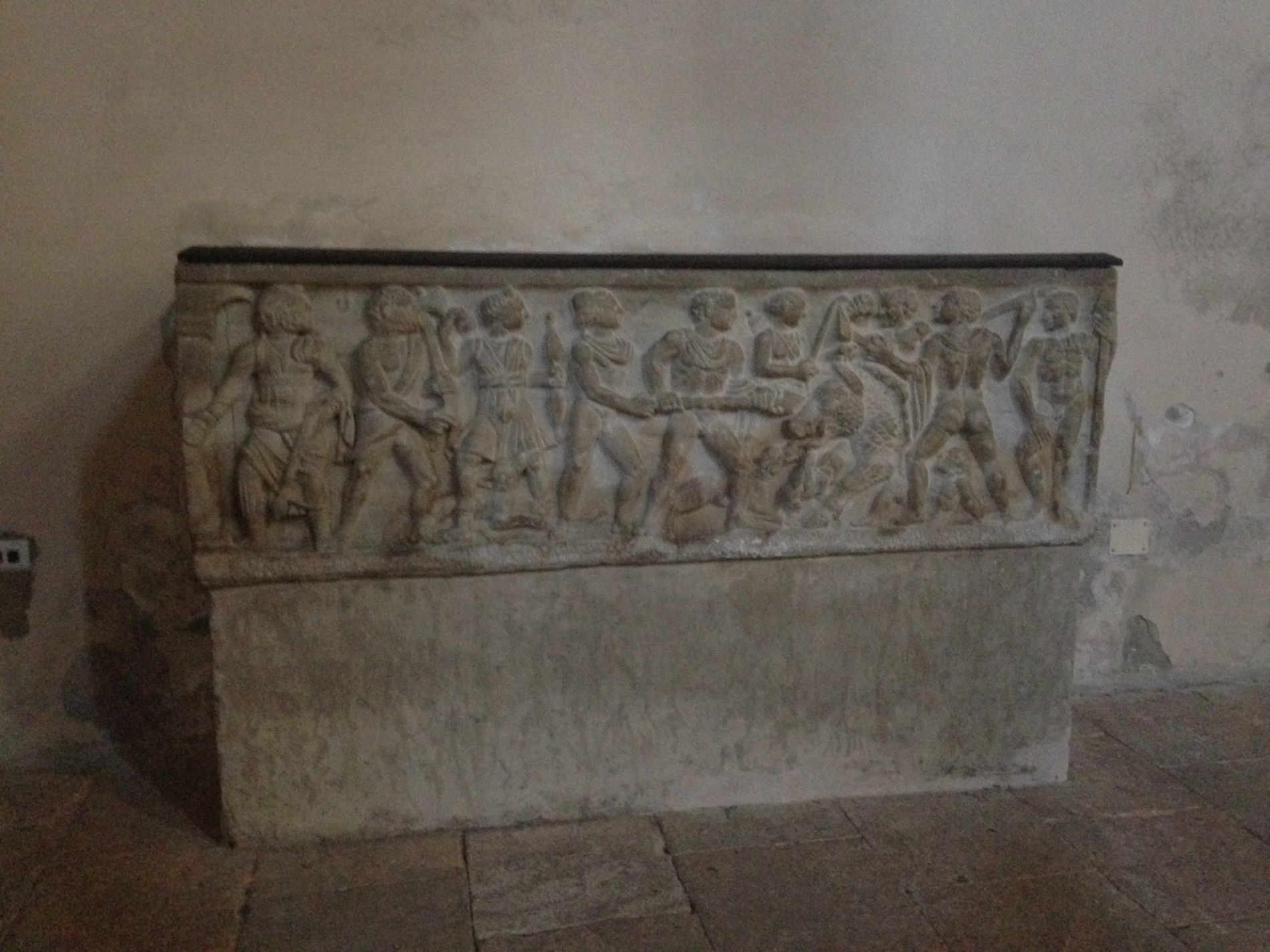 Sarcofago di Enrico VII lo Zoppo nel Duomo di Coswnza centro storico