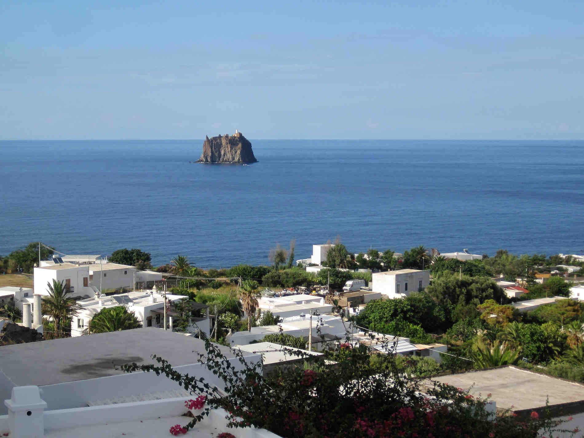 Vista dal Belvedere della piazza San Vincenzo a Stromboli nelle Isole Eolie