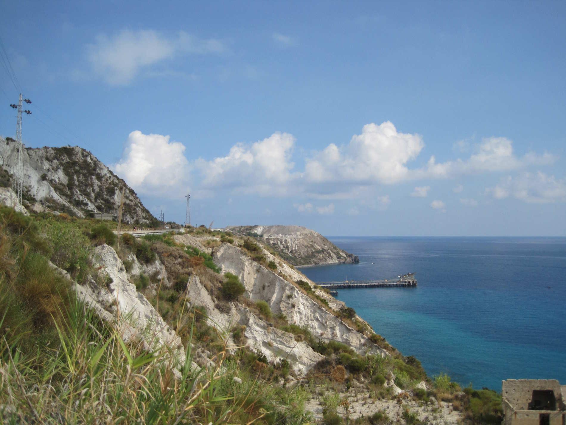 Collina e baia con le vecchie cave di pietra pomice a Lipari sulle Isole Eolie da vedere assolutamente