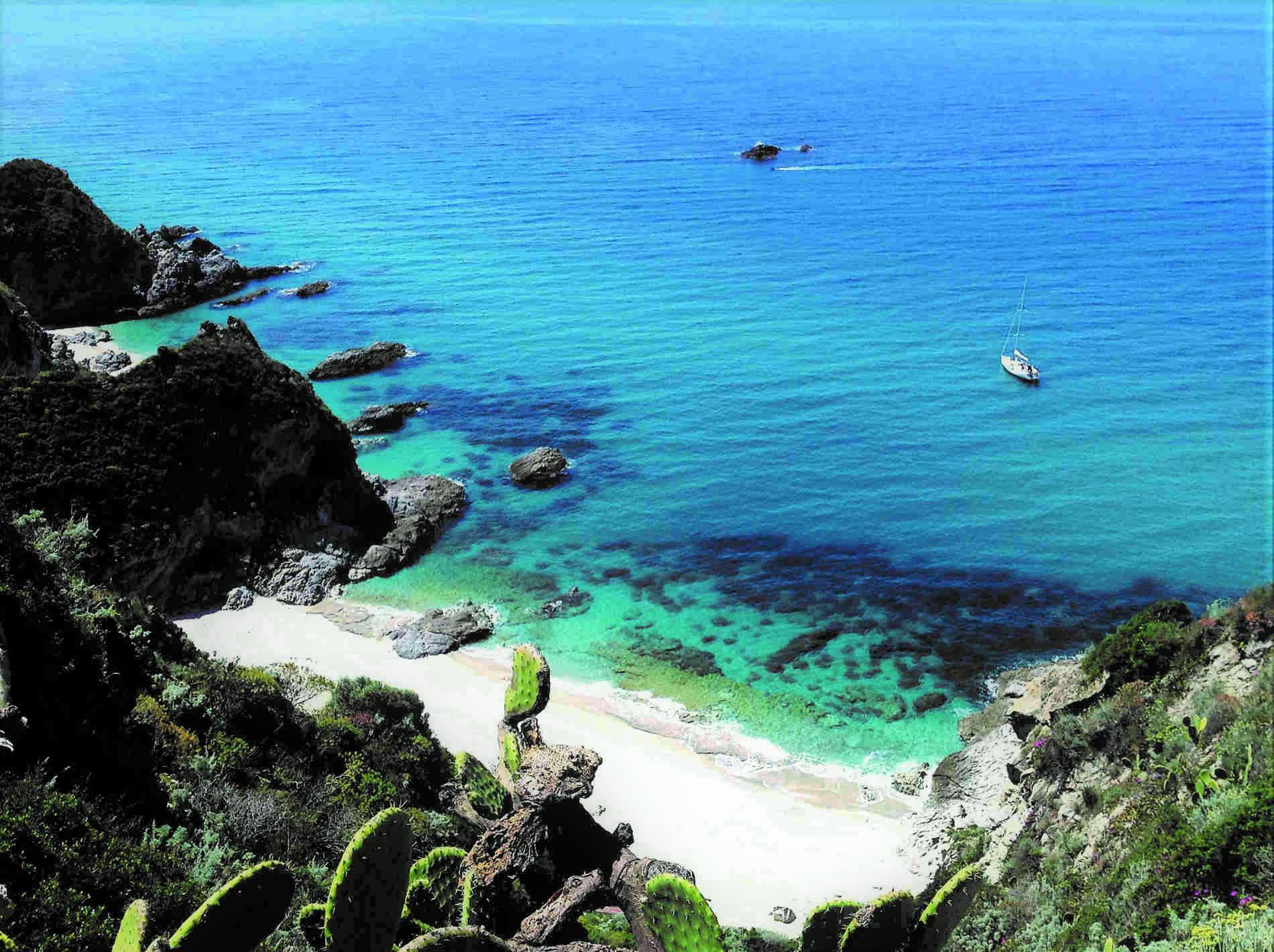 Spiaggia di Capo Vaticano vista dall'alto. Informazioni sulla guida turistica Pronto Estate 2020.Calabria