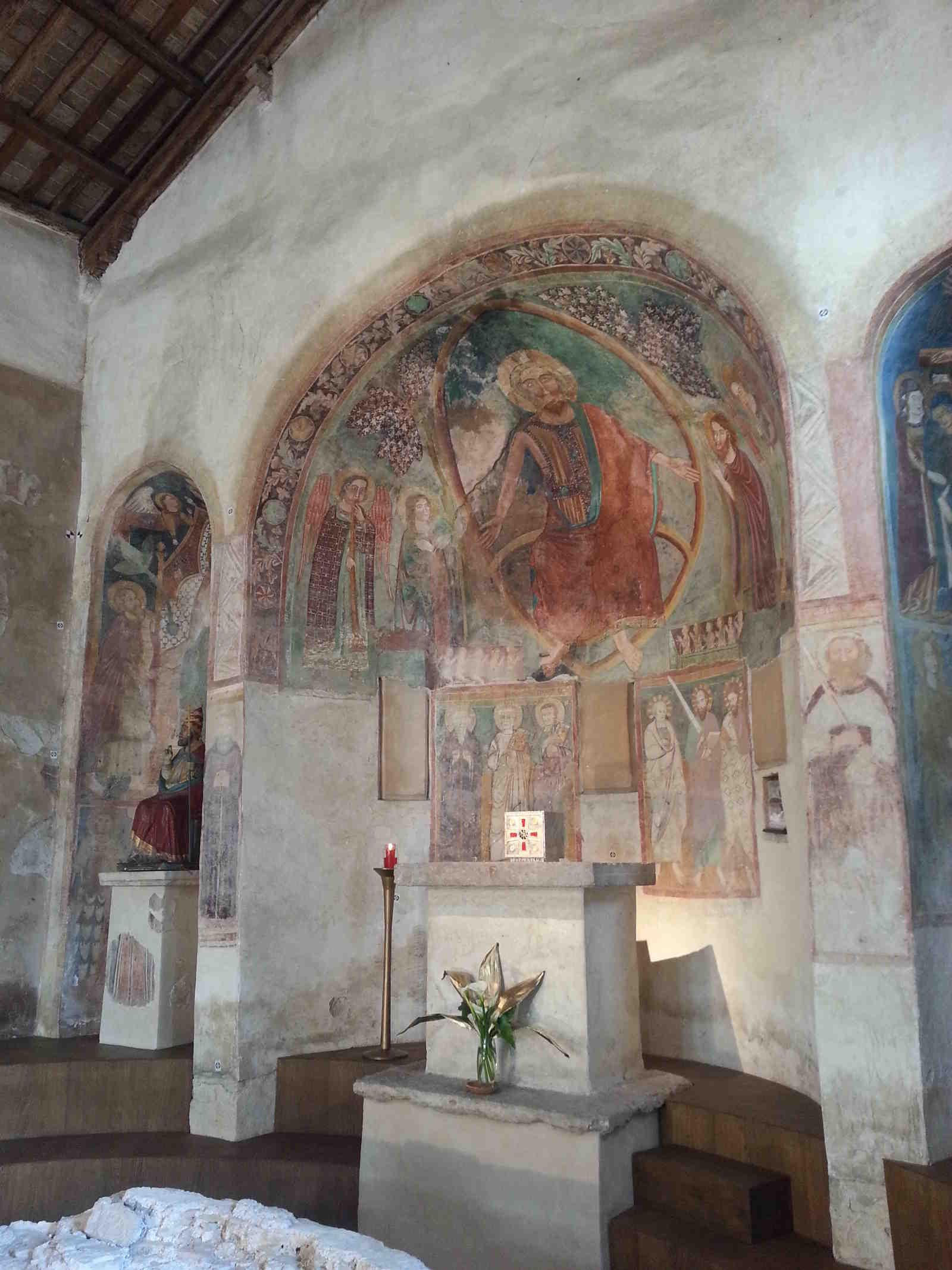 Interno della Chiesetta di San Pietro in Mavinas a Sirmione sul lago di Garda bresciano