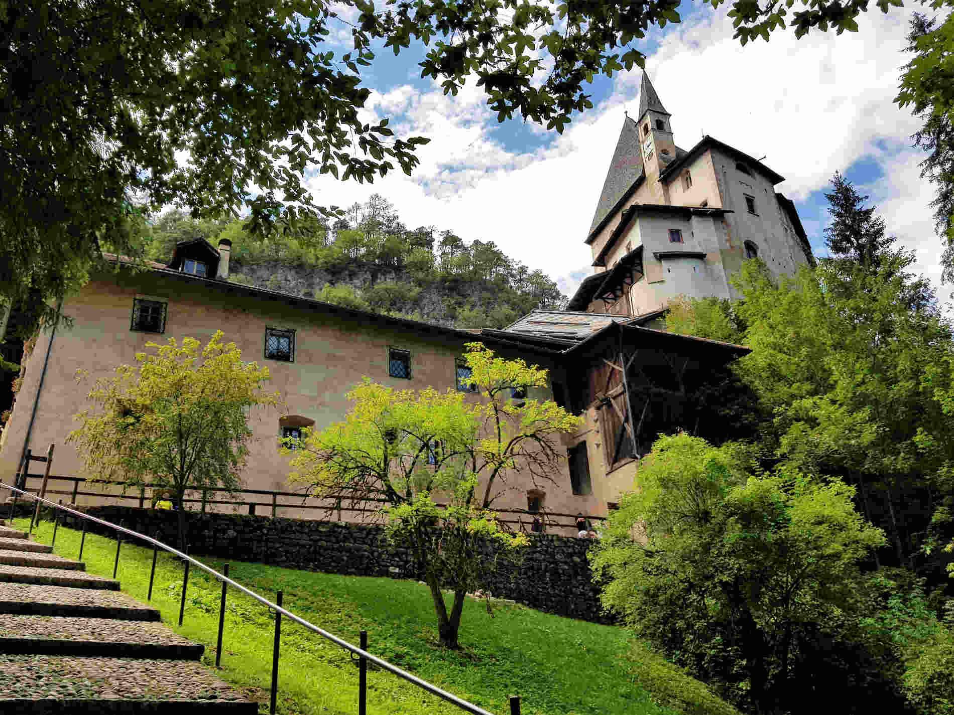 Scalinata di accesso al Santuario di San Romedio in Trentino Val di Non