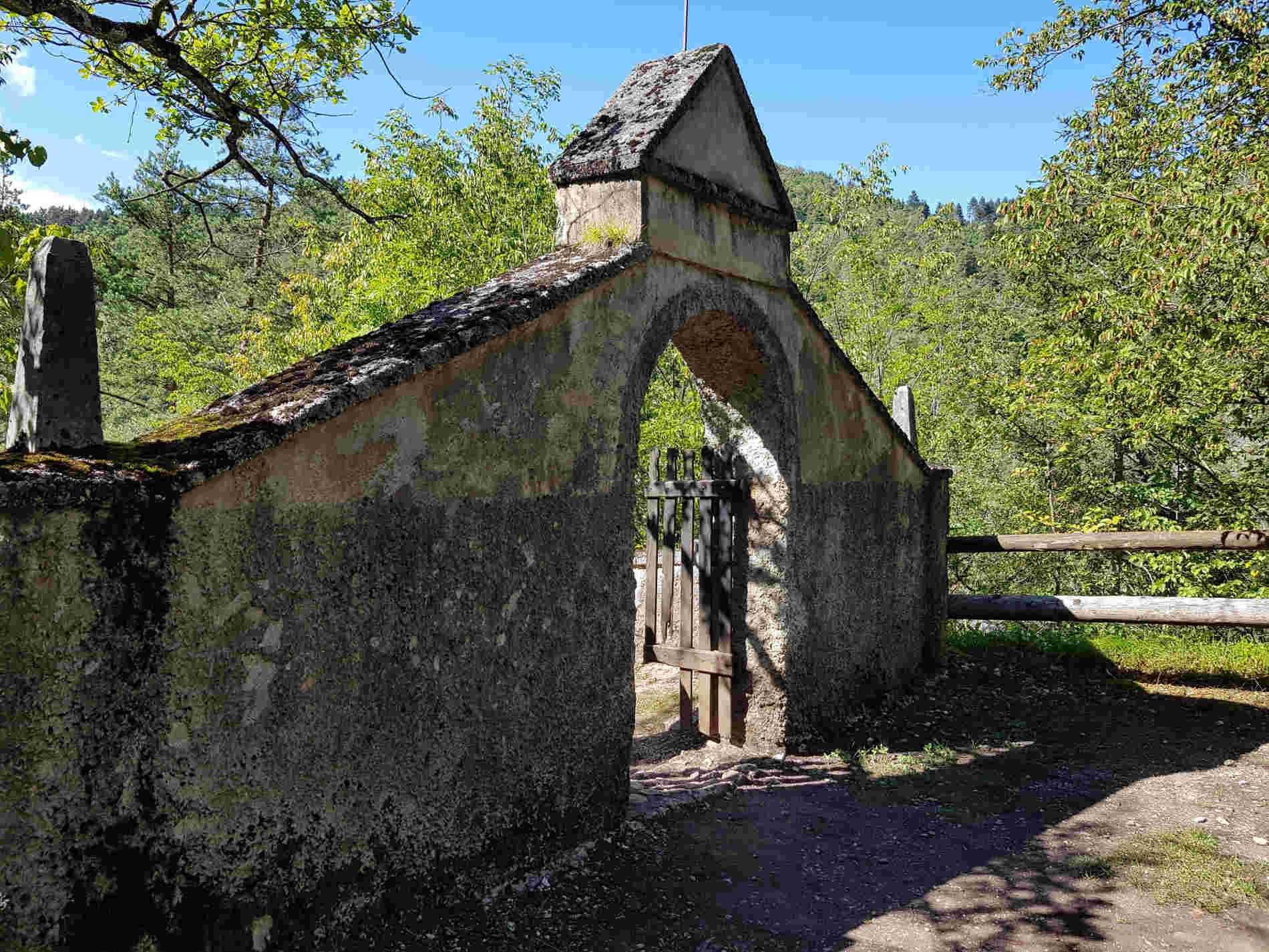 entrata al vecchio cimitero di San Romedio