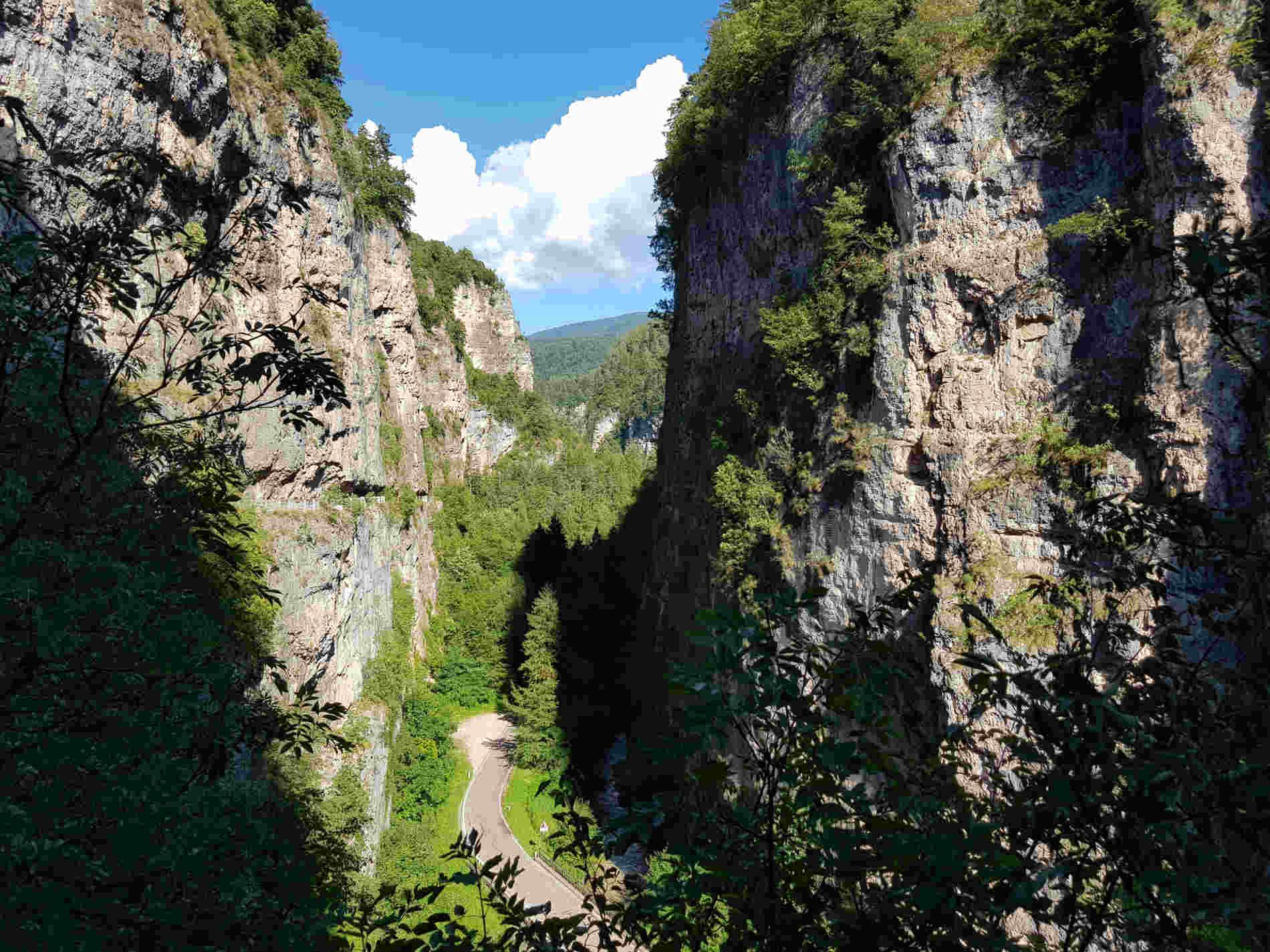La forra di san Romedio e la strada sottostante che porta al Santuario