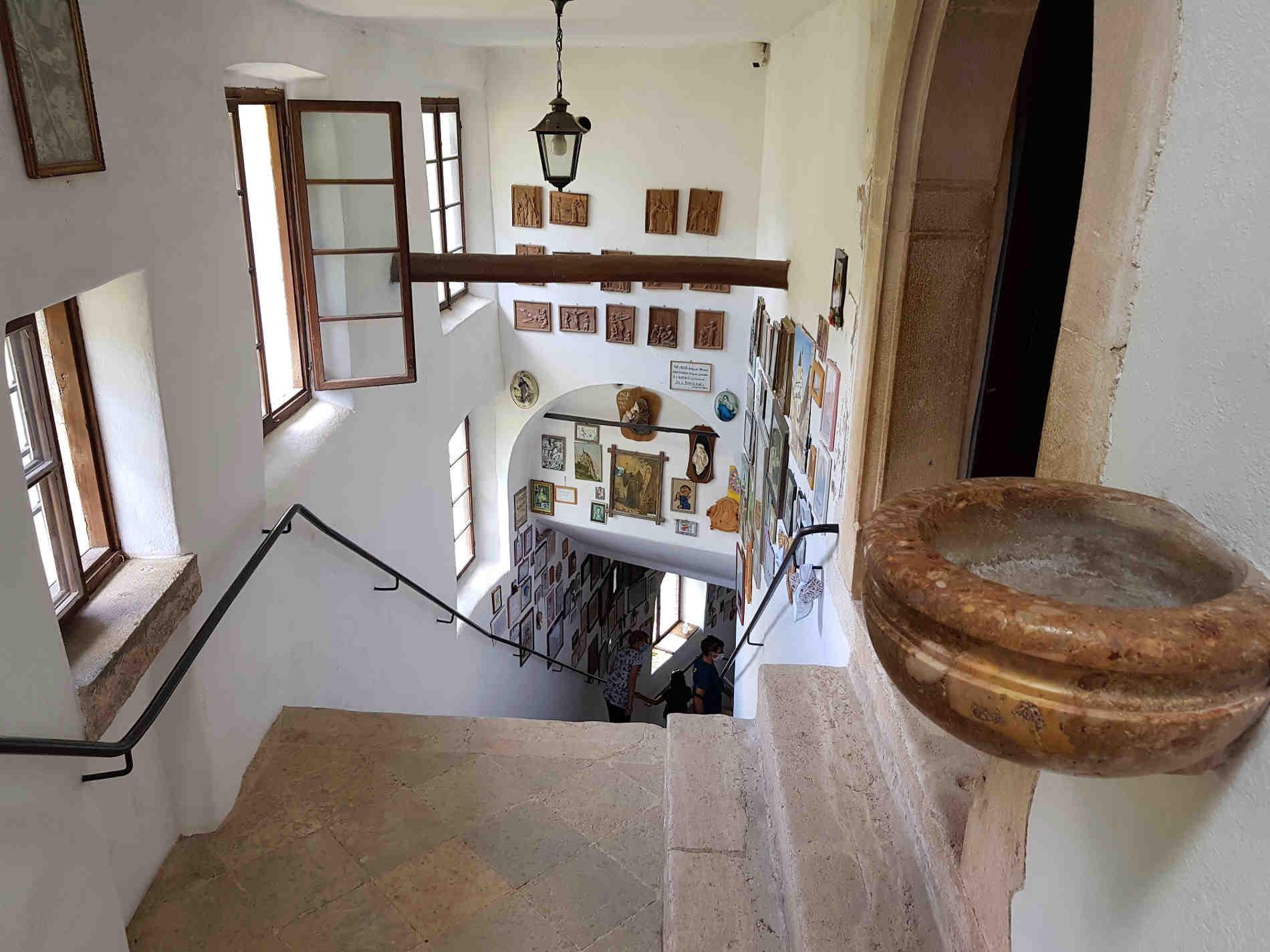 Scalinata interna al complesso di San Romedio